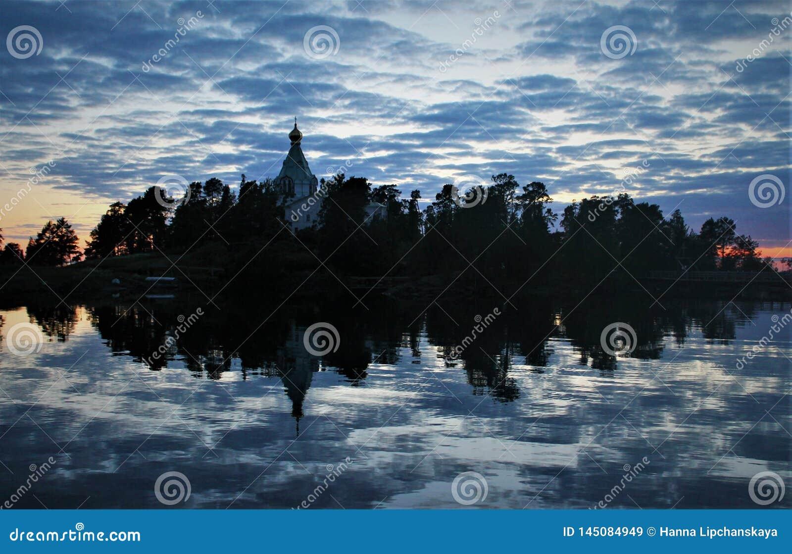 Reflexão azul no lago ladoga