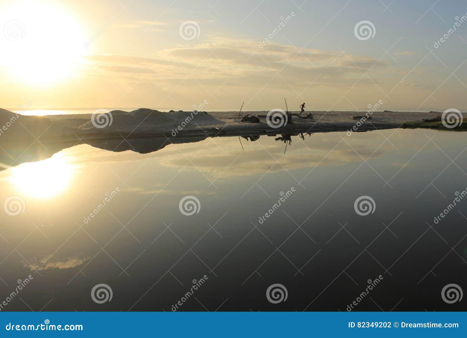 Reflexão bonita do nascer do sol
