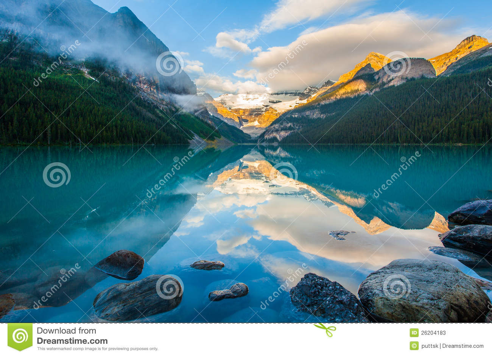 Reflexão da montanha no lago