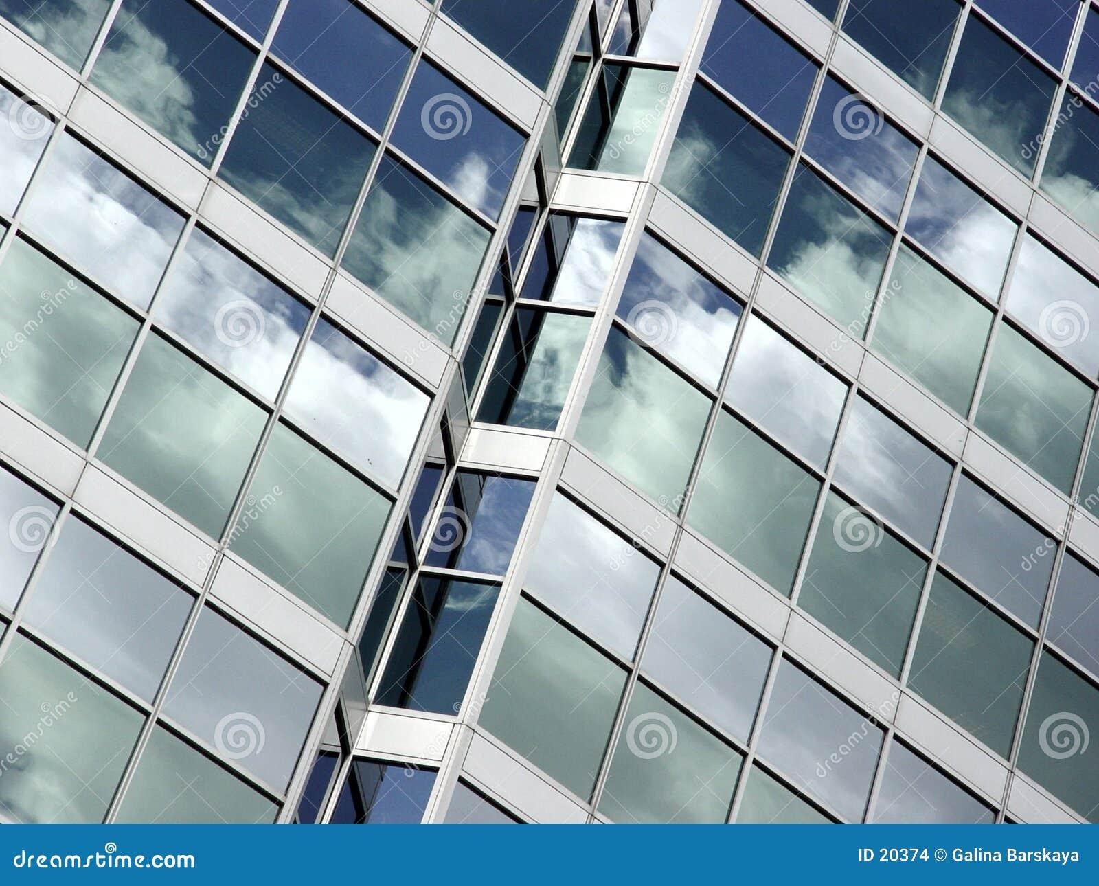 Reflexão do céu azul e das nuvens
