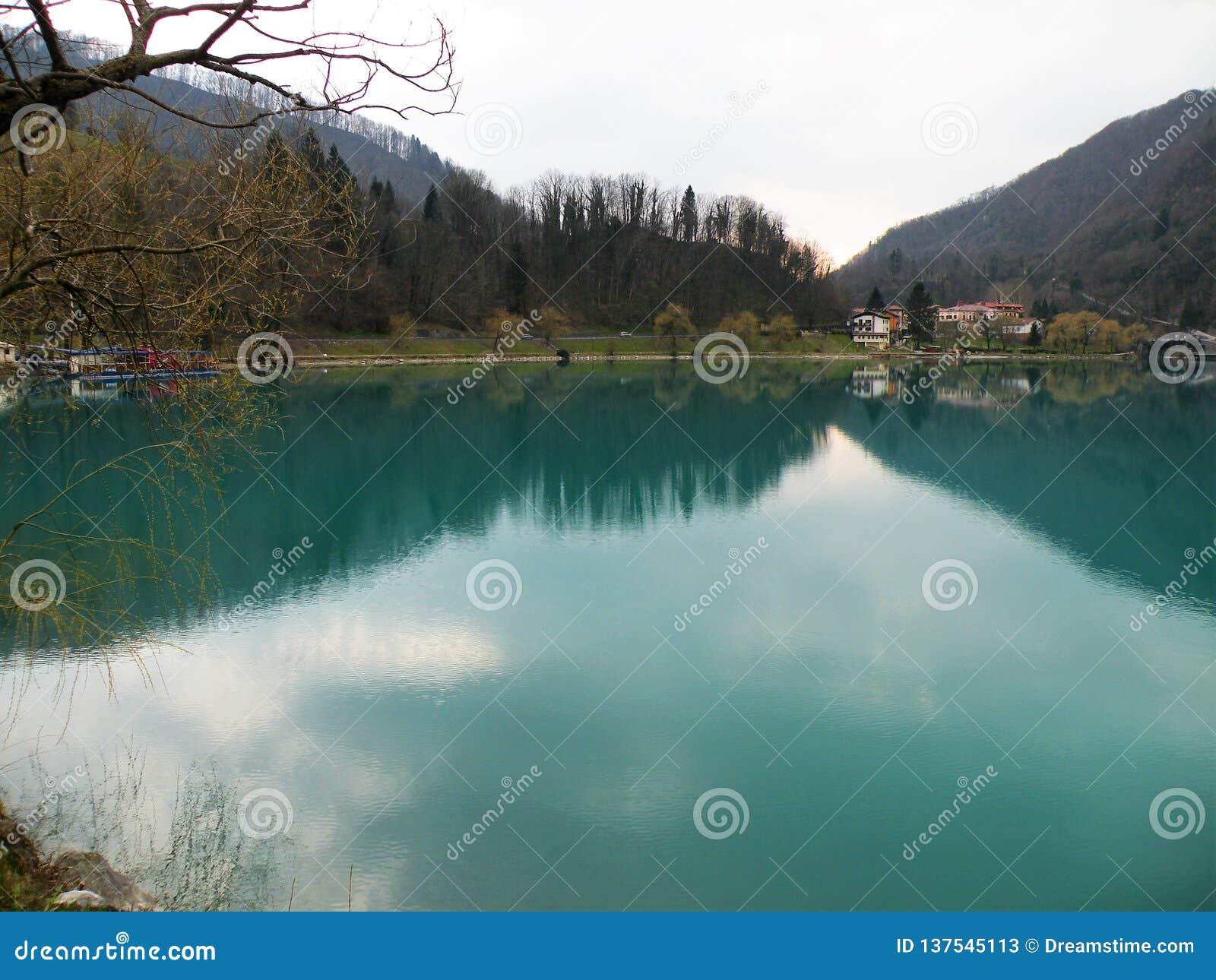 Reflexão dos montes e a vila e o céu