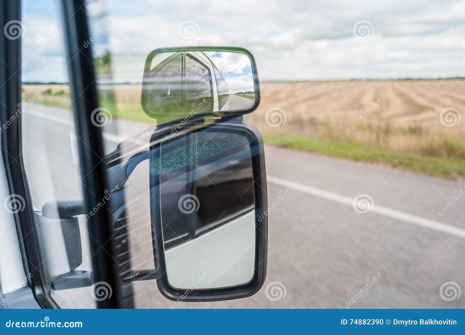 Reflexão no espelho de carro