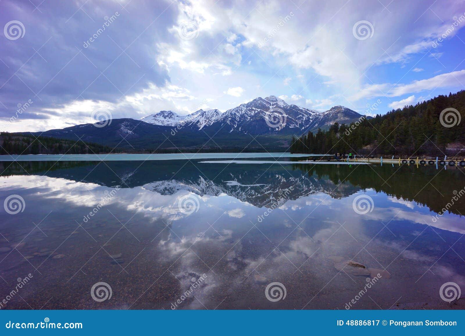 A reflexão no lago pyramid, jaspe, Alberta, Canadá
