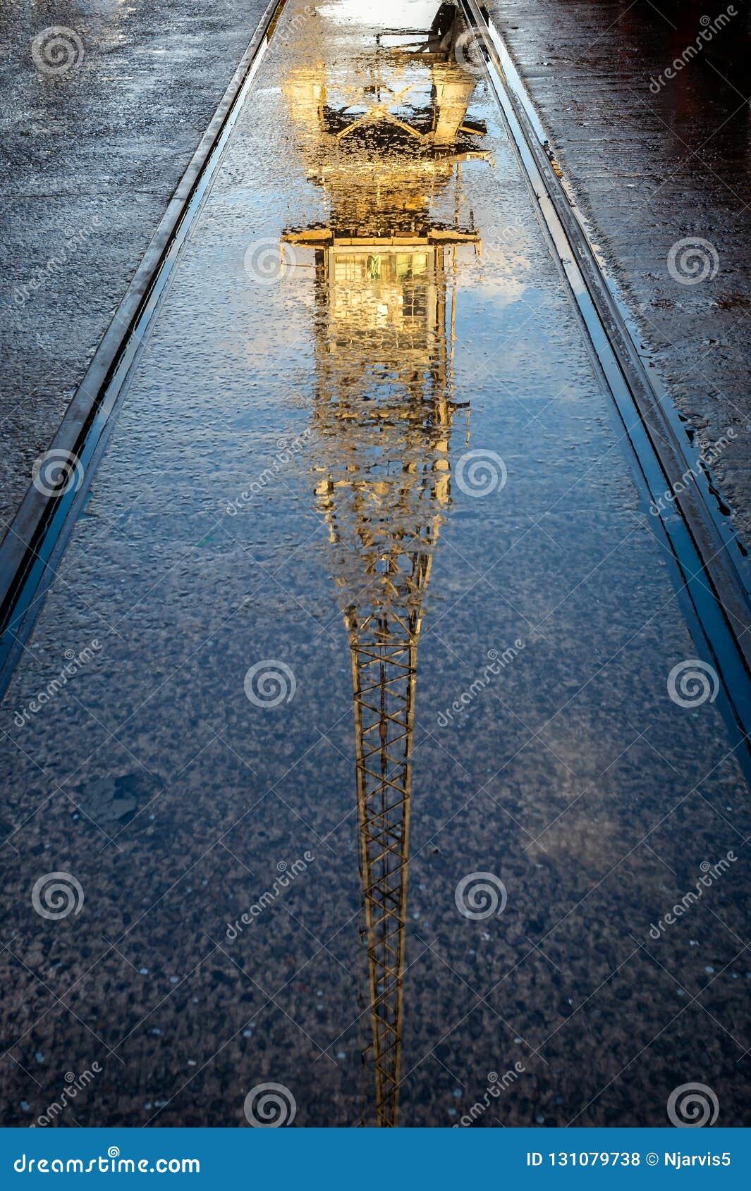 Reflexão outonal do guindaste do vintage em Bristol Harbour em Bristol, Avon, Reino Unido