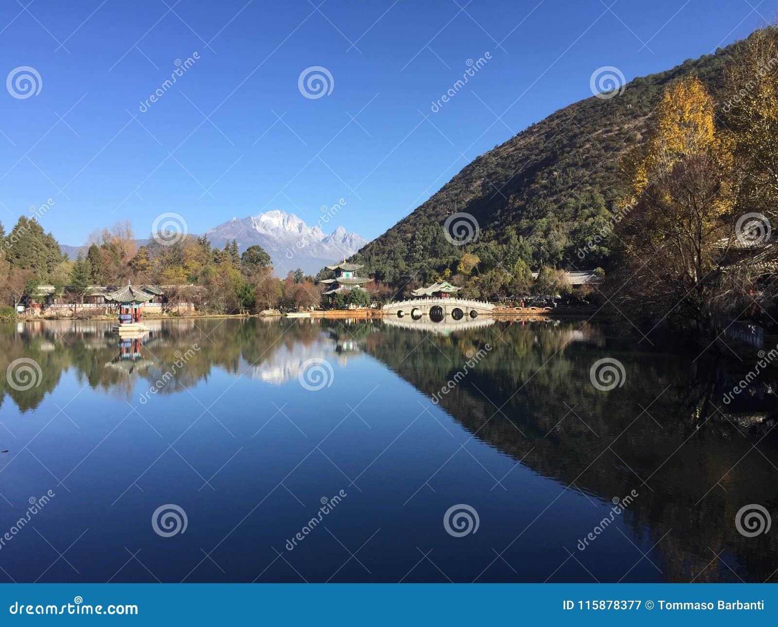 Reflexão preta de Dragon Pool - cidade velha de Lijiang