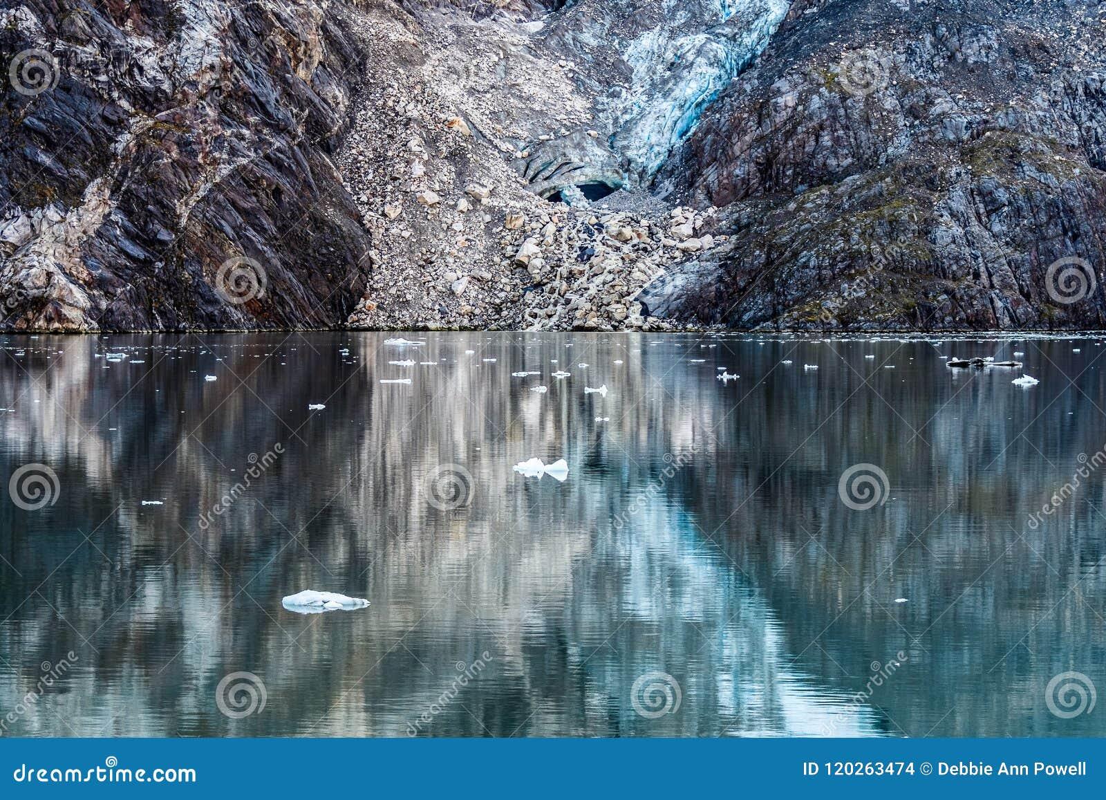 Reflexões da água das rochas e de uma geleira