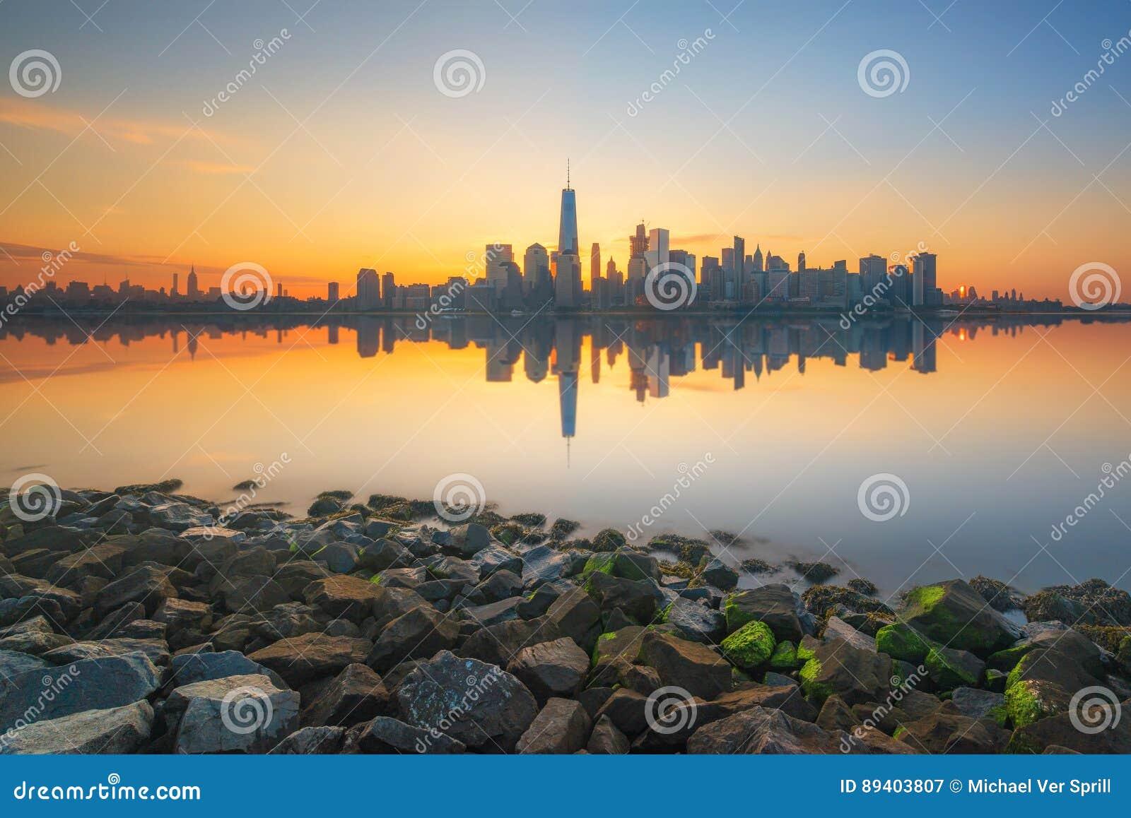 Reflexões de Manhattan no Hudson no nascer do sol