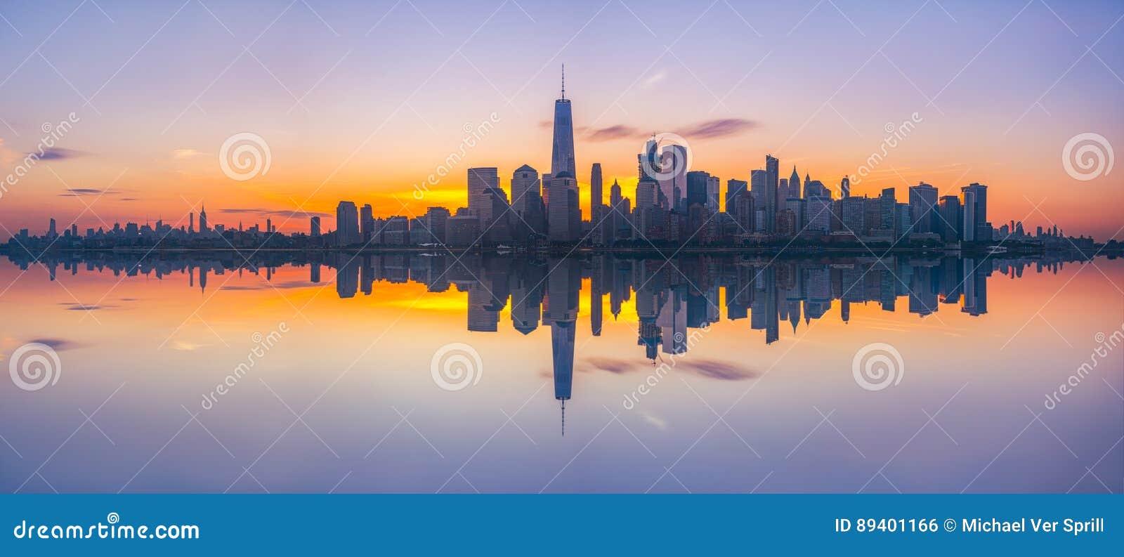 Reflexões do panorama do nascer do sol de New York City