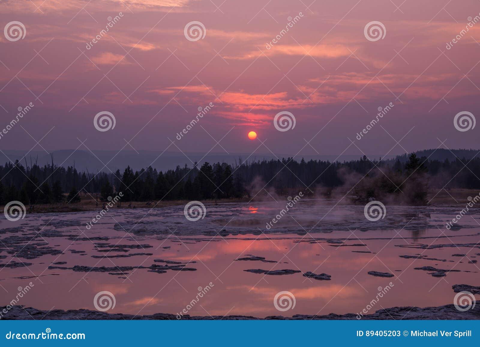 Reflexões do por do sol sobre o grande geyser da fonte