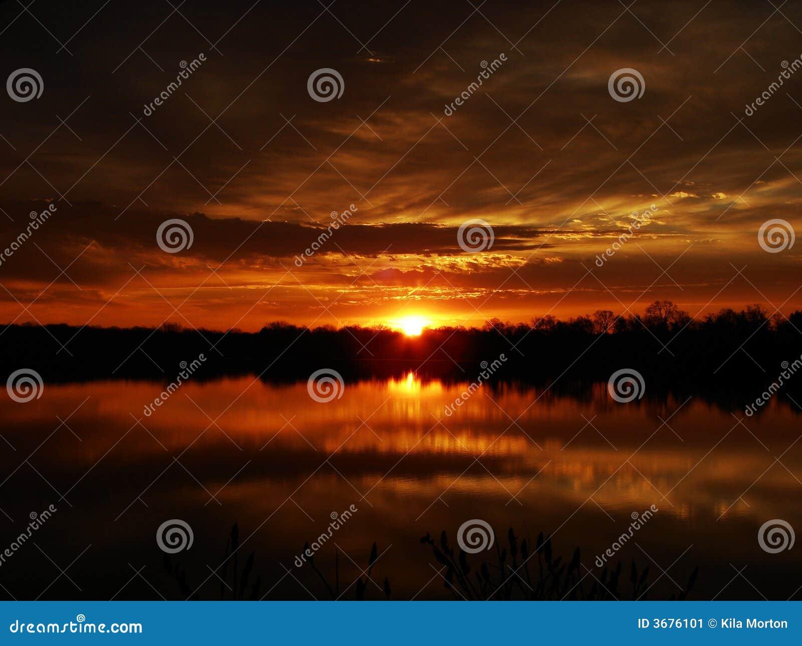 Reflexões douradas do nascer do sol