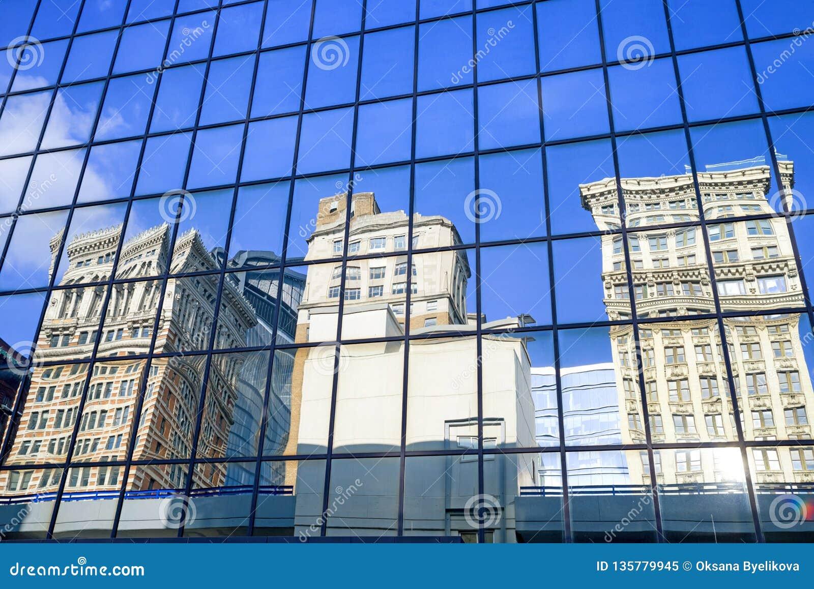 Reflexión de edificios en distrito céntrico financiero en Pittsburgh, Pennsylvania, los E.E.U.U.
