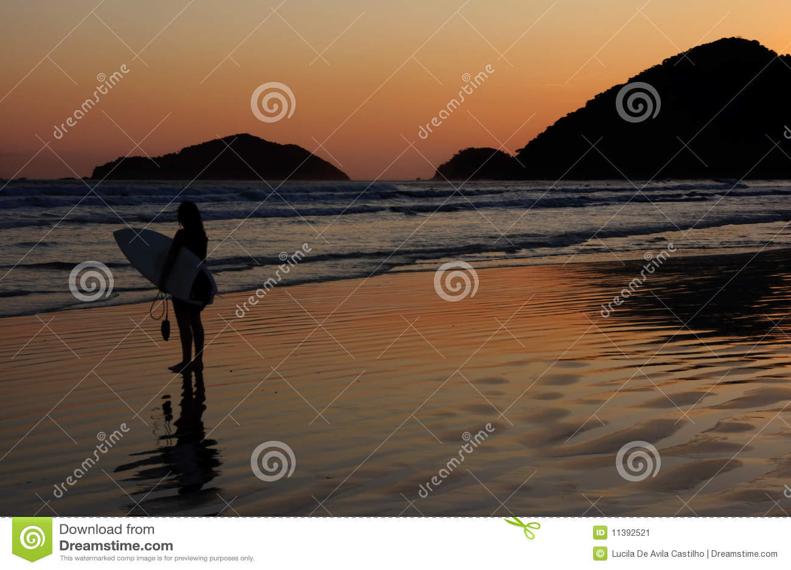 Reflexión de la persona que practica surf y de la puesta del sol en una playa tropical