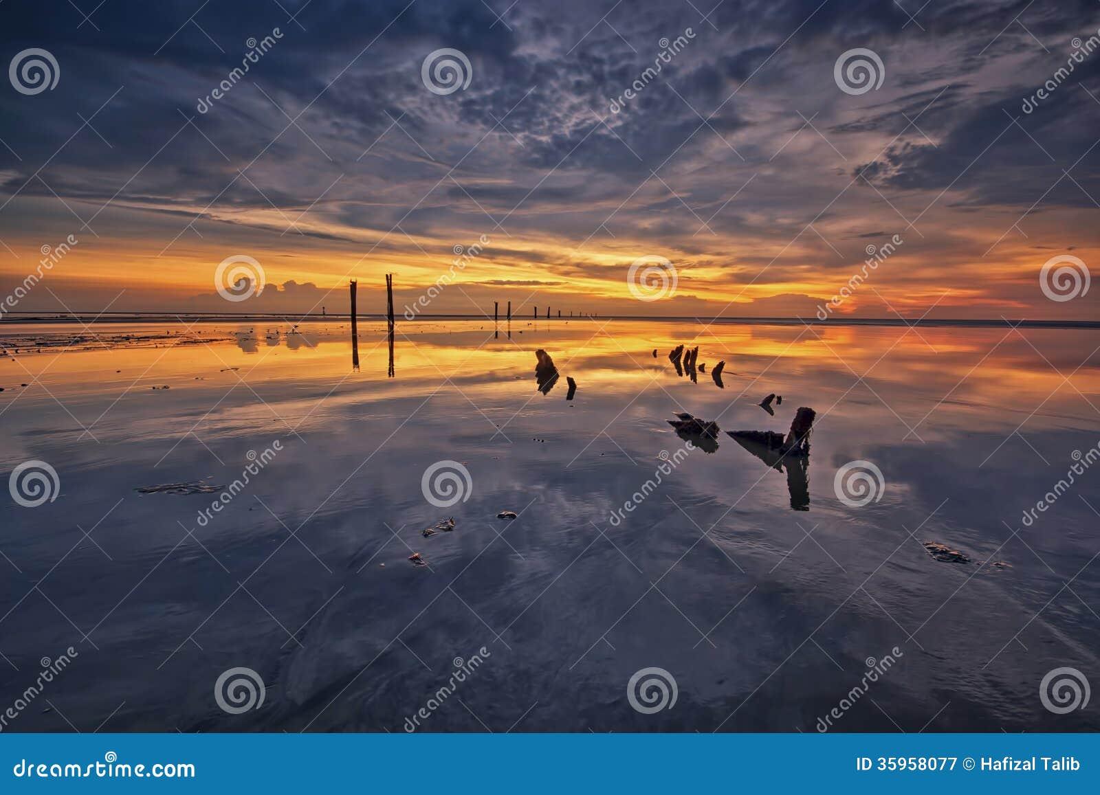 Reflexión de la puesta del sol en la hora azul