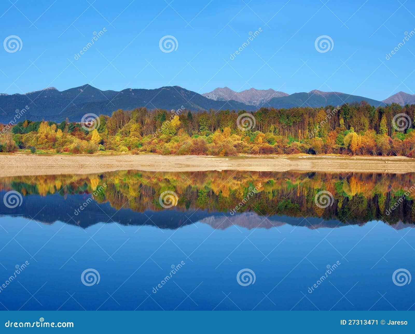 Reflexión de las montañas de Rohace durante otoño