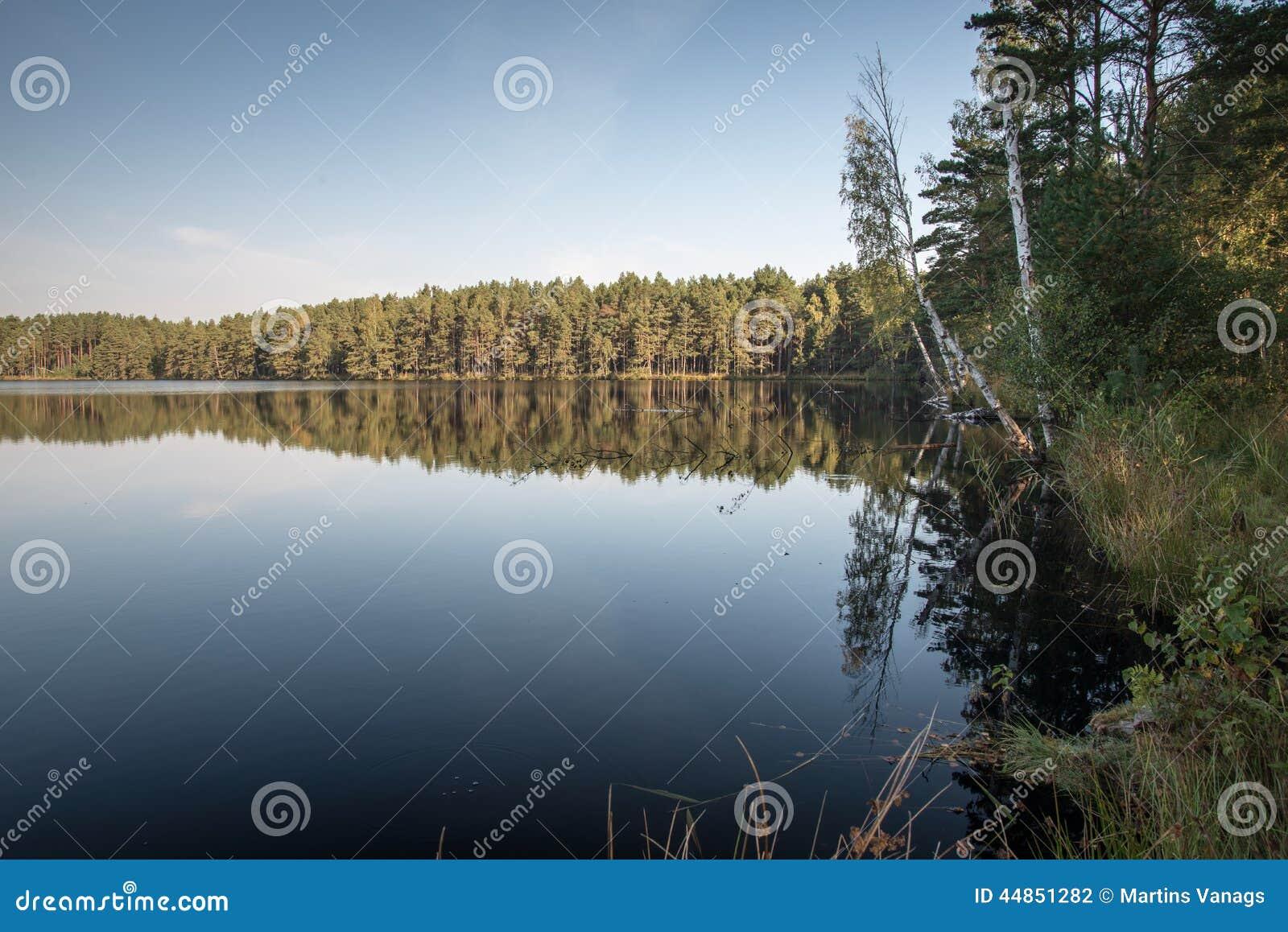 Reflexión de nubes en el lago con el paseo marítimo