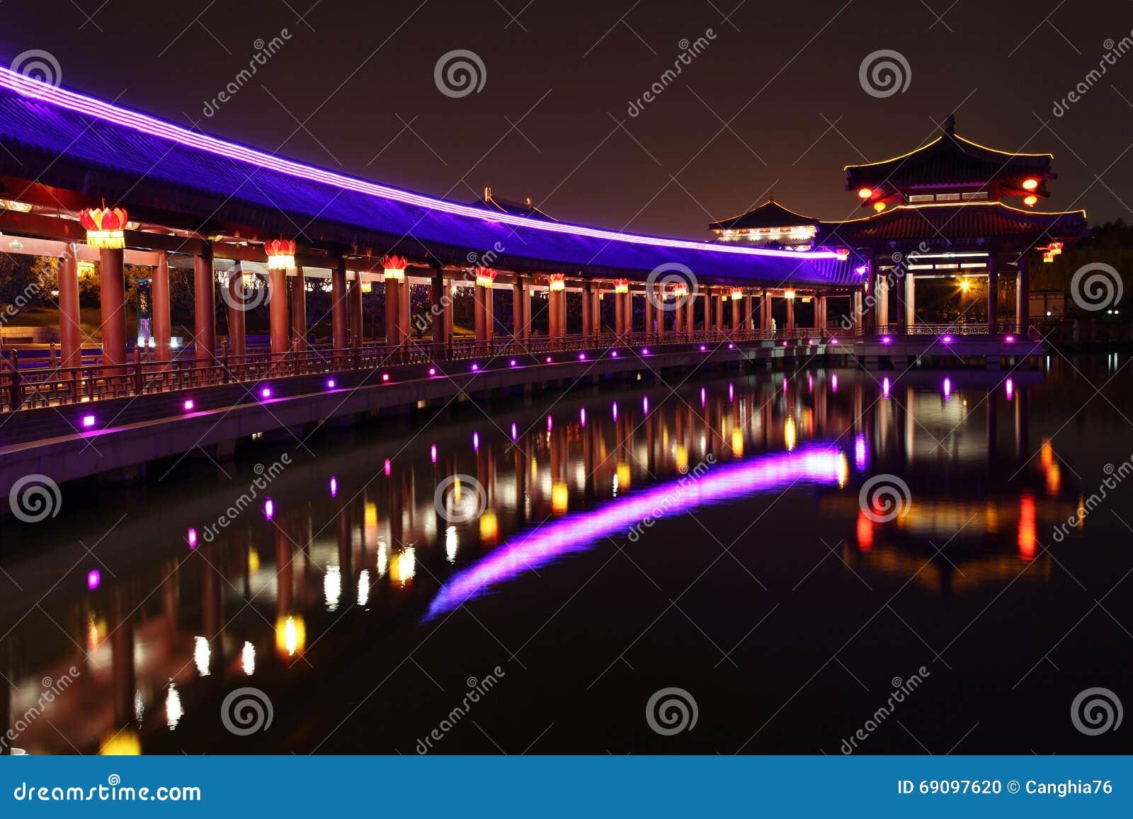 Reflexión de Tang Paradise Center en la noche, Xi an, China
