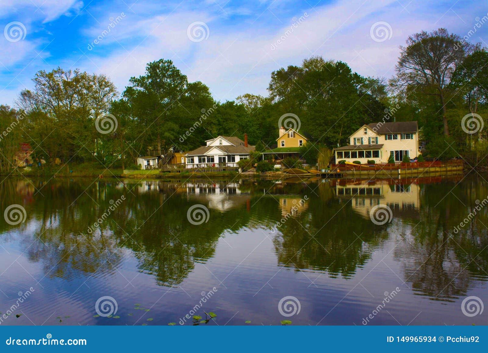Reflexión de tres casas del lago