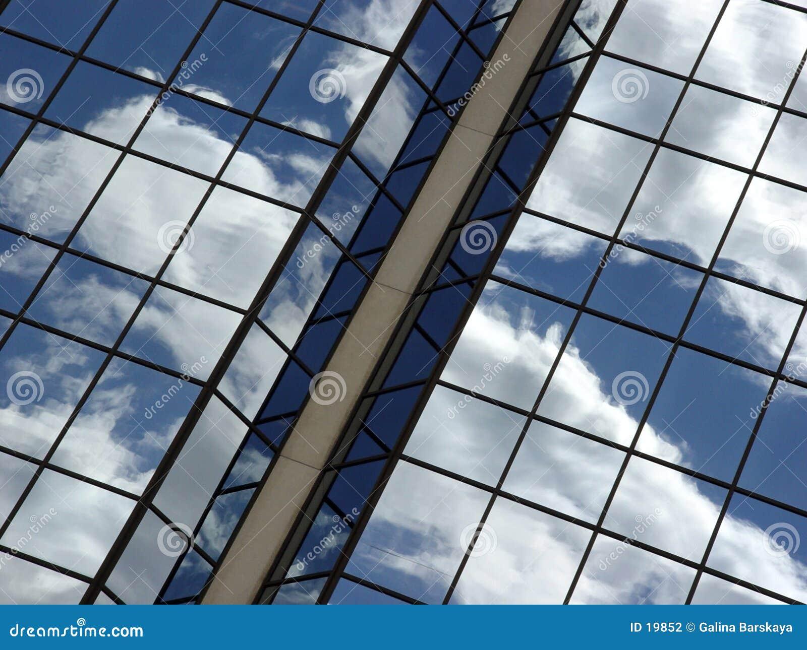 Reflexión del cielo azul y de las nubes