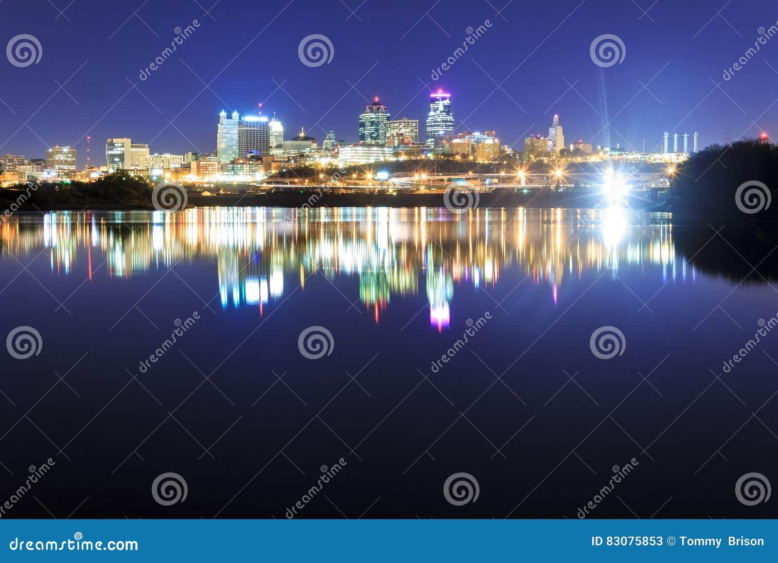 Reflexión del horizonte de Kansas City sobre el río Missouri