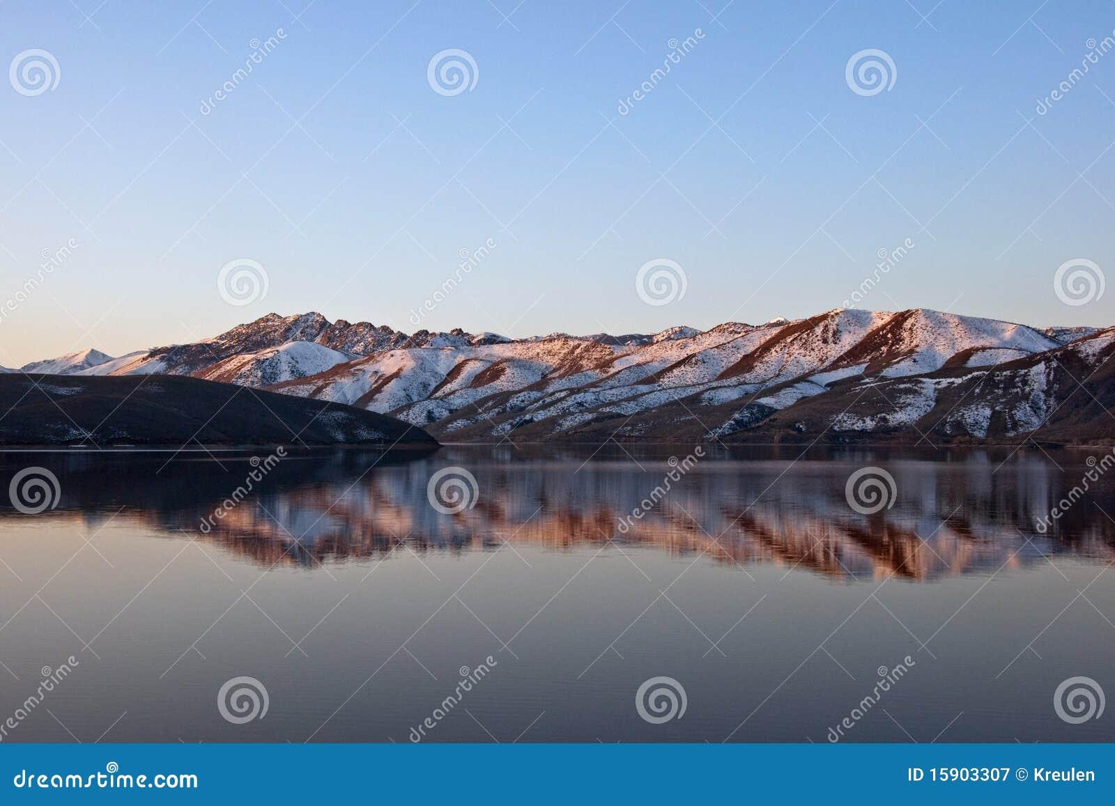 Reflexión del lago Topaz