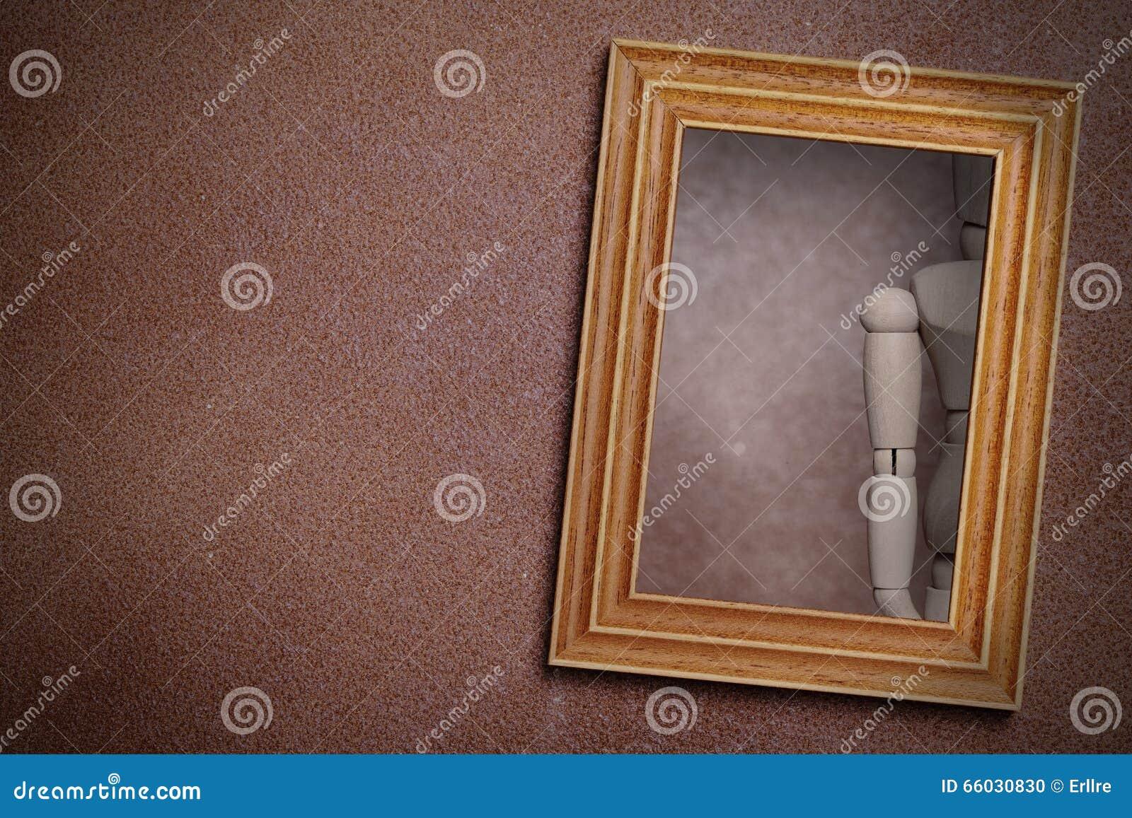 Reflexión Del Maniquí De Madera En Espejo Enmarcado Stock de ...
