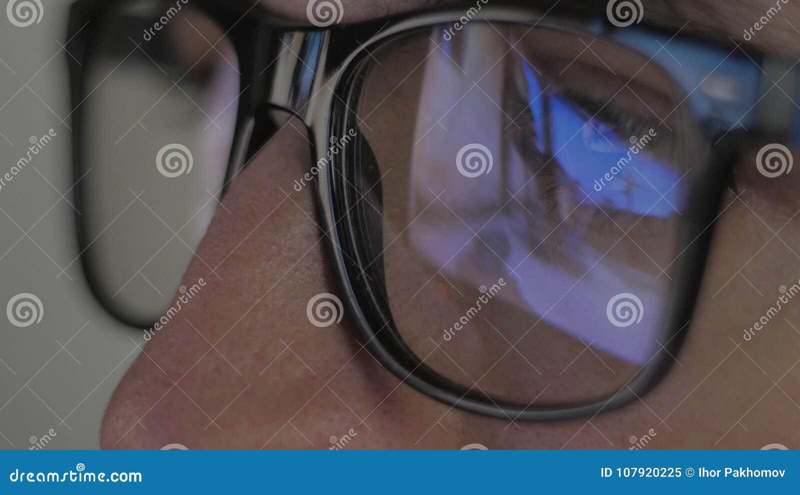 Reflexión Del Primer En Vidrios: El Videojugador Juega A Un ...