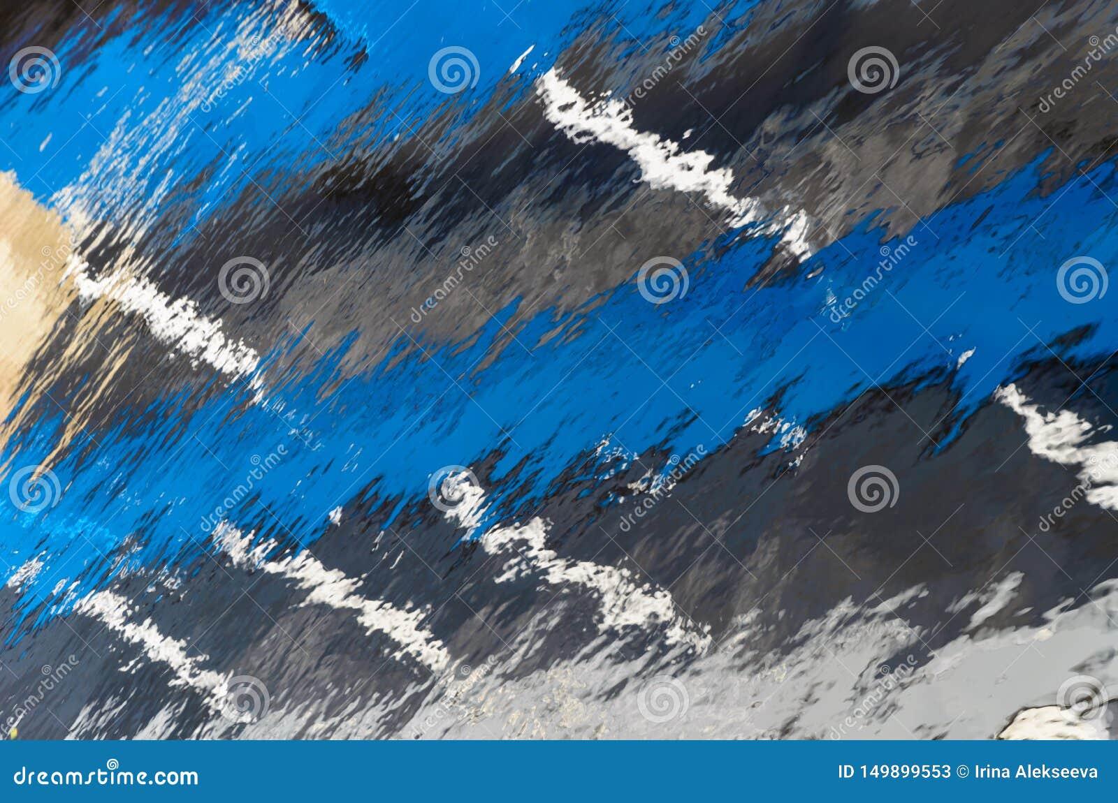 Reflexión en agua con las rayas blancas azules y finas anchas Fondo natural abstracto