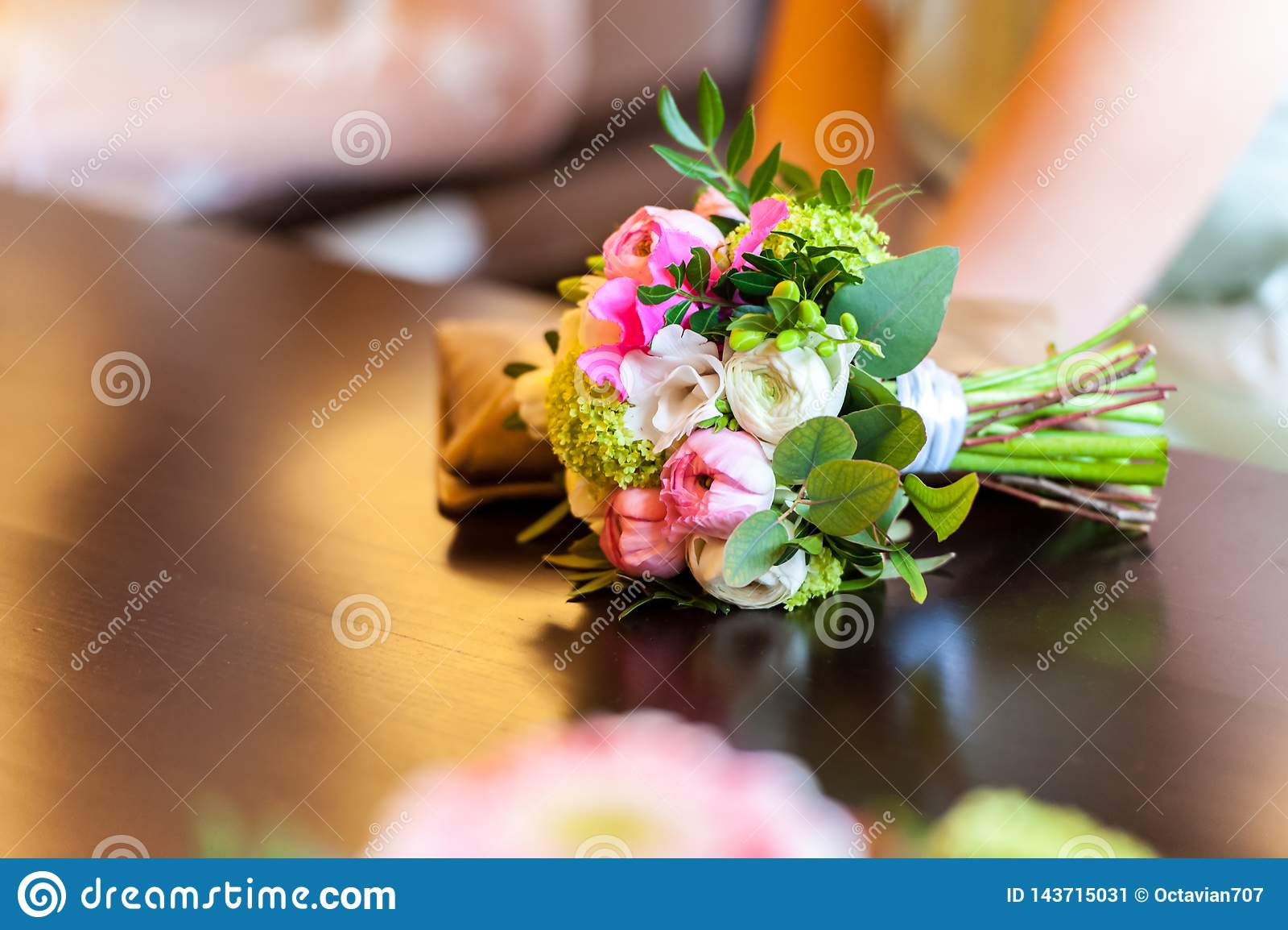 Reflexión hermosa del ramo de la flor en la tabla de madera