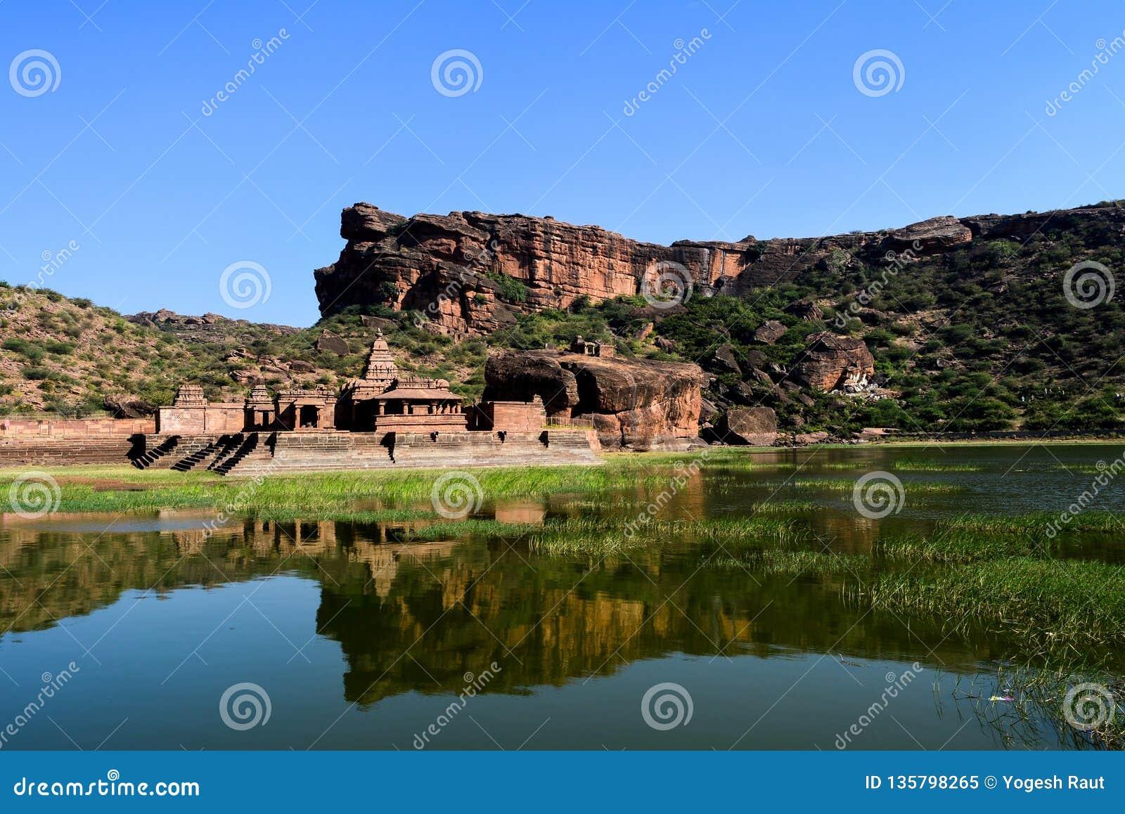 Reflexion av en hinduisk tempel i sjövattnet
