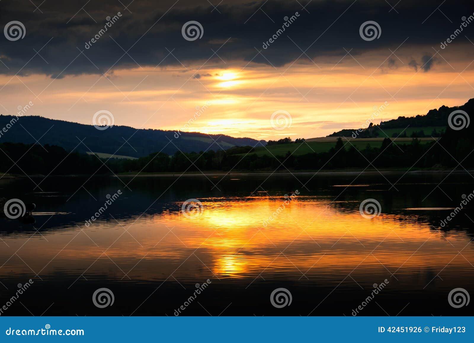 Reflexion des Sonnenuntergangs auf der Wasseroberfläche