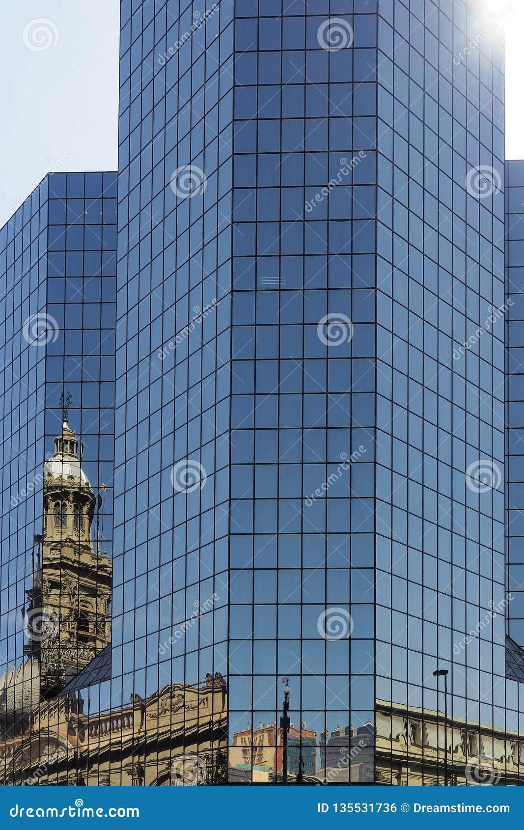 Reflexion i glasvägg av modern kontorsbyggnad