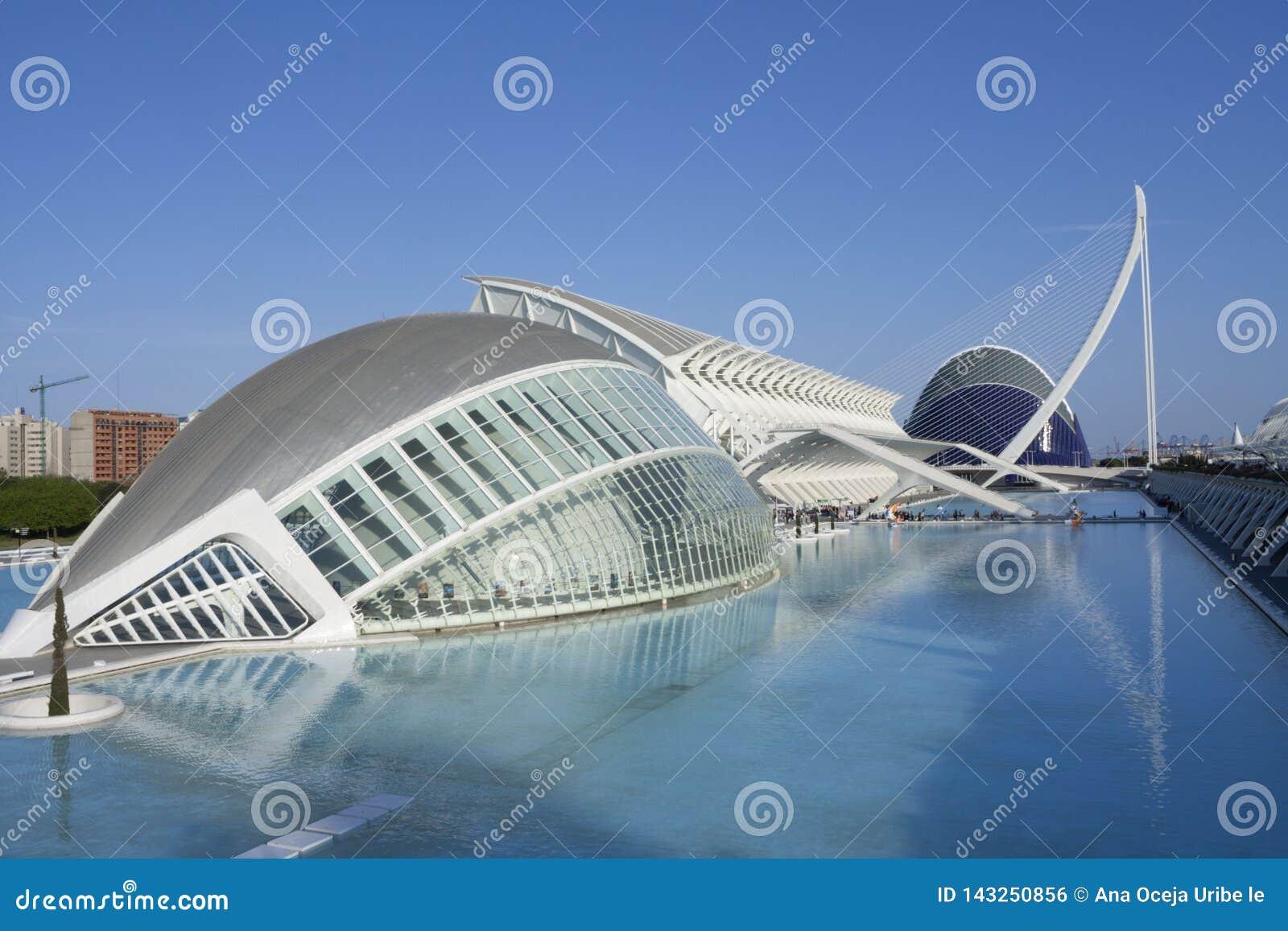 Reflexionen der Stadt auf dem Wasser valencia