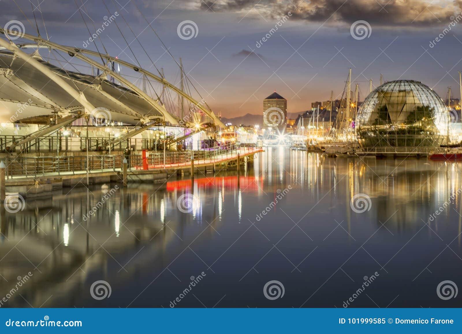 Reflexionen im alten Hafen Genua, Italien nachts