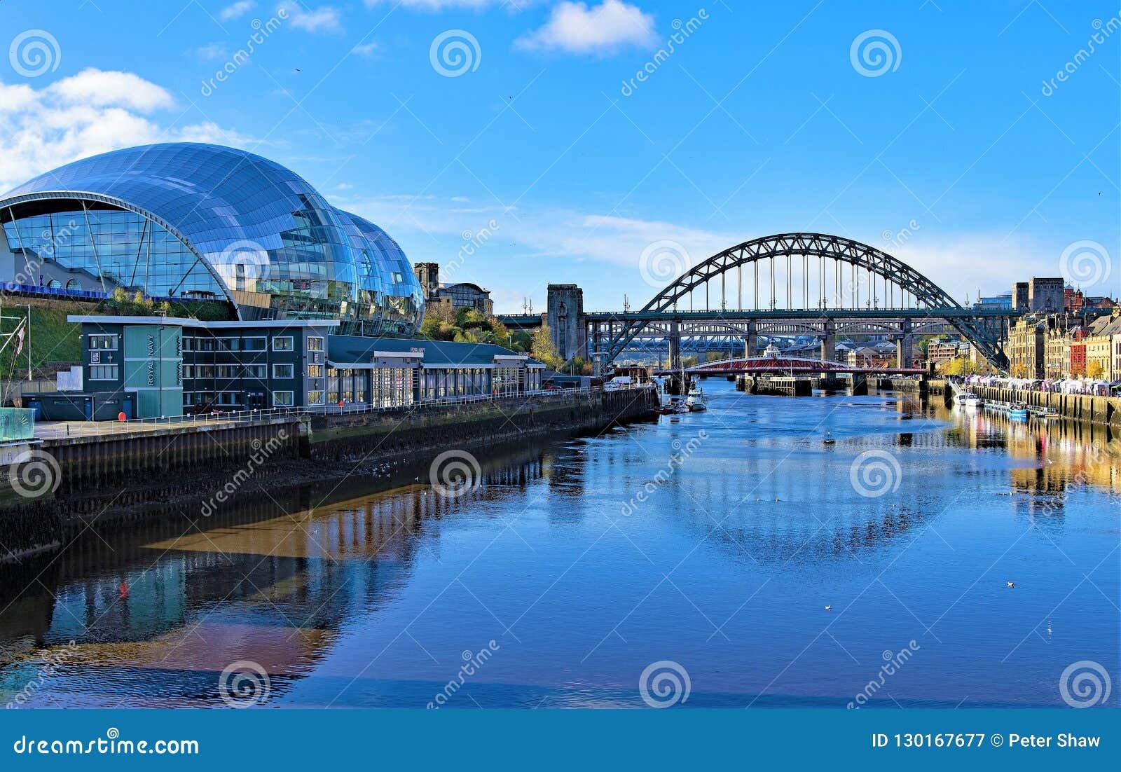 Reflexioner av visa mannen, i flodbrygden, Gateshead, på en härlig höstmorgon