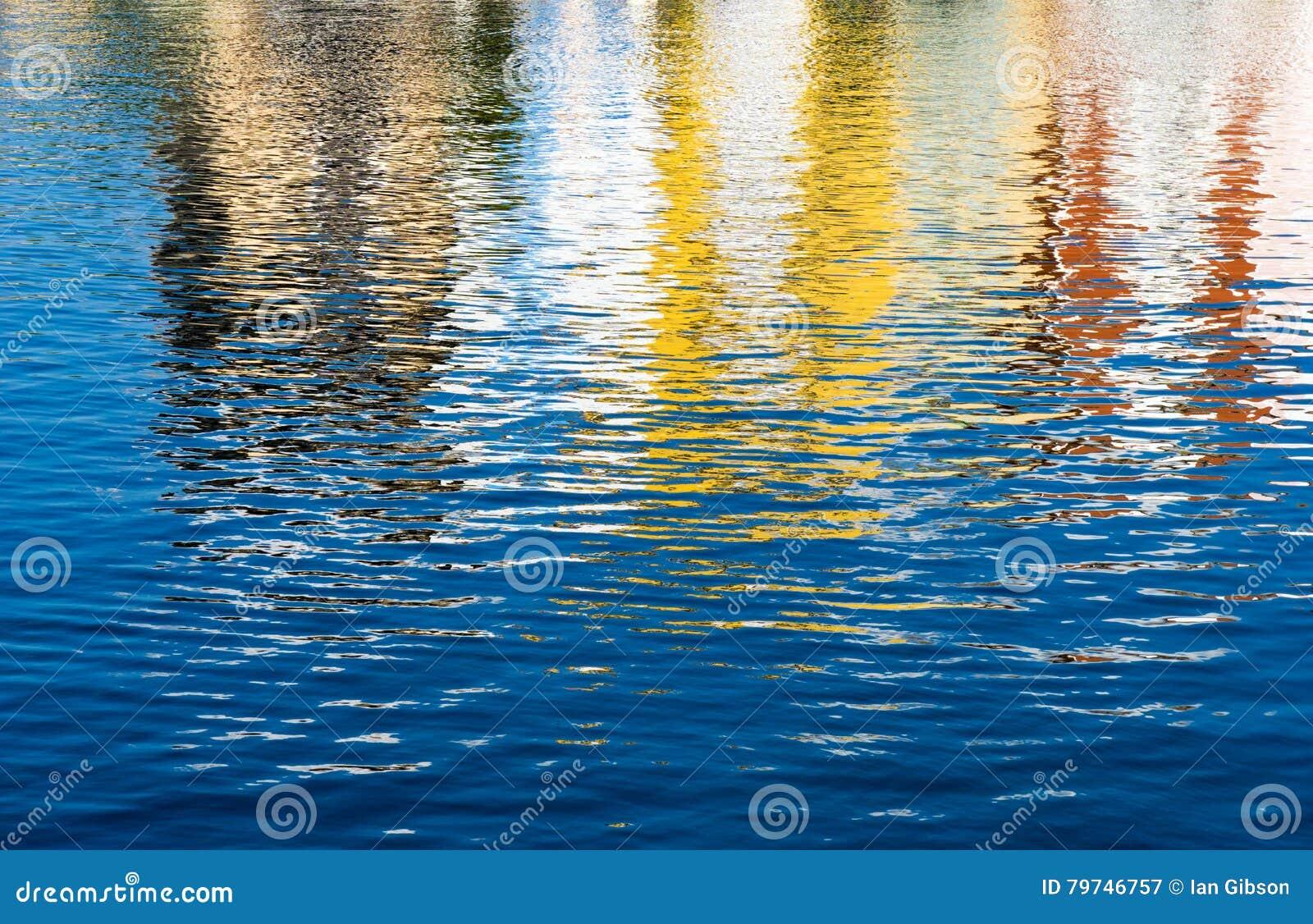 Reflexiones coloreadas en agua