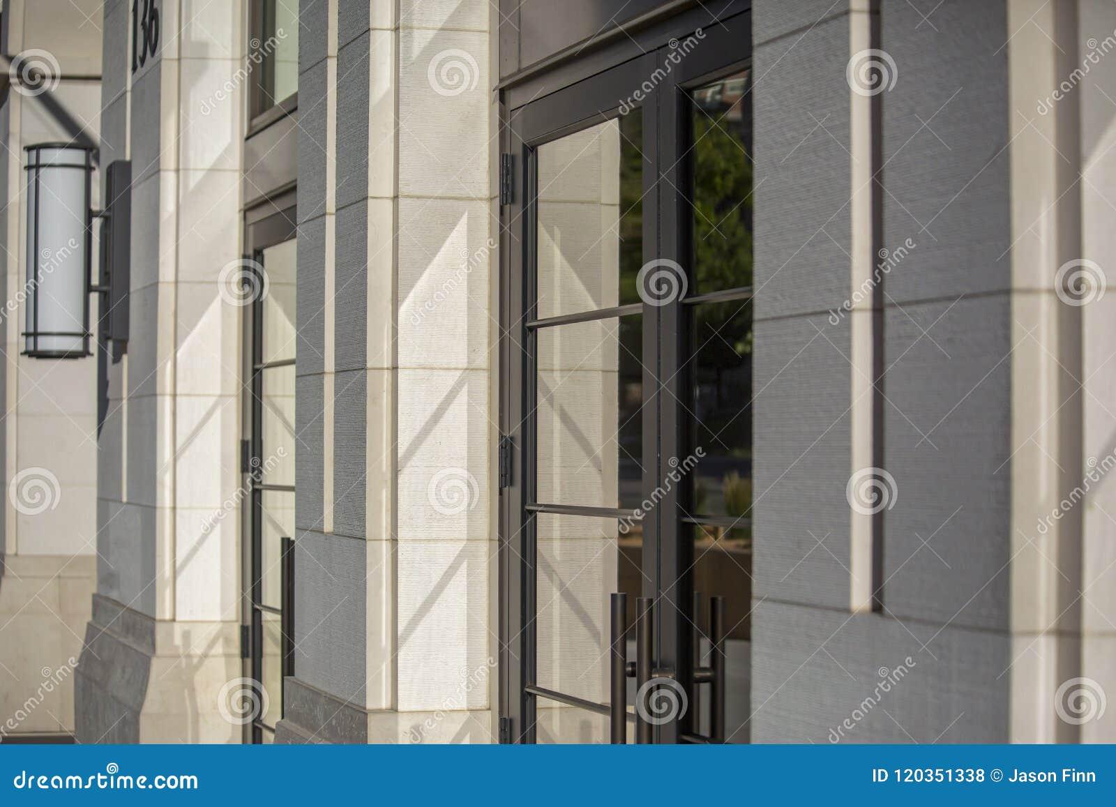 Reflexiones de cristal en la entrada brillantemente encendida