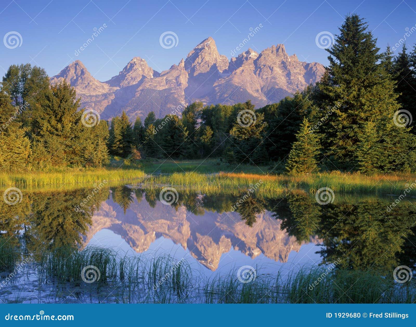 Reflexiones de la montaña de la mañana