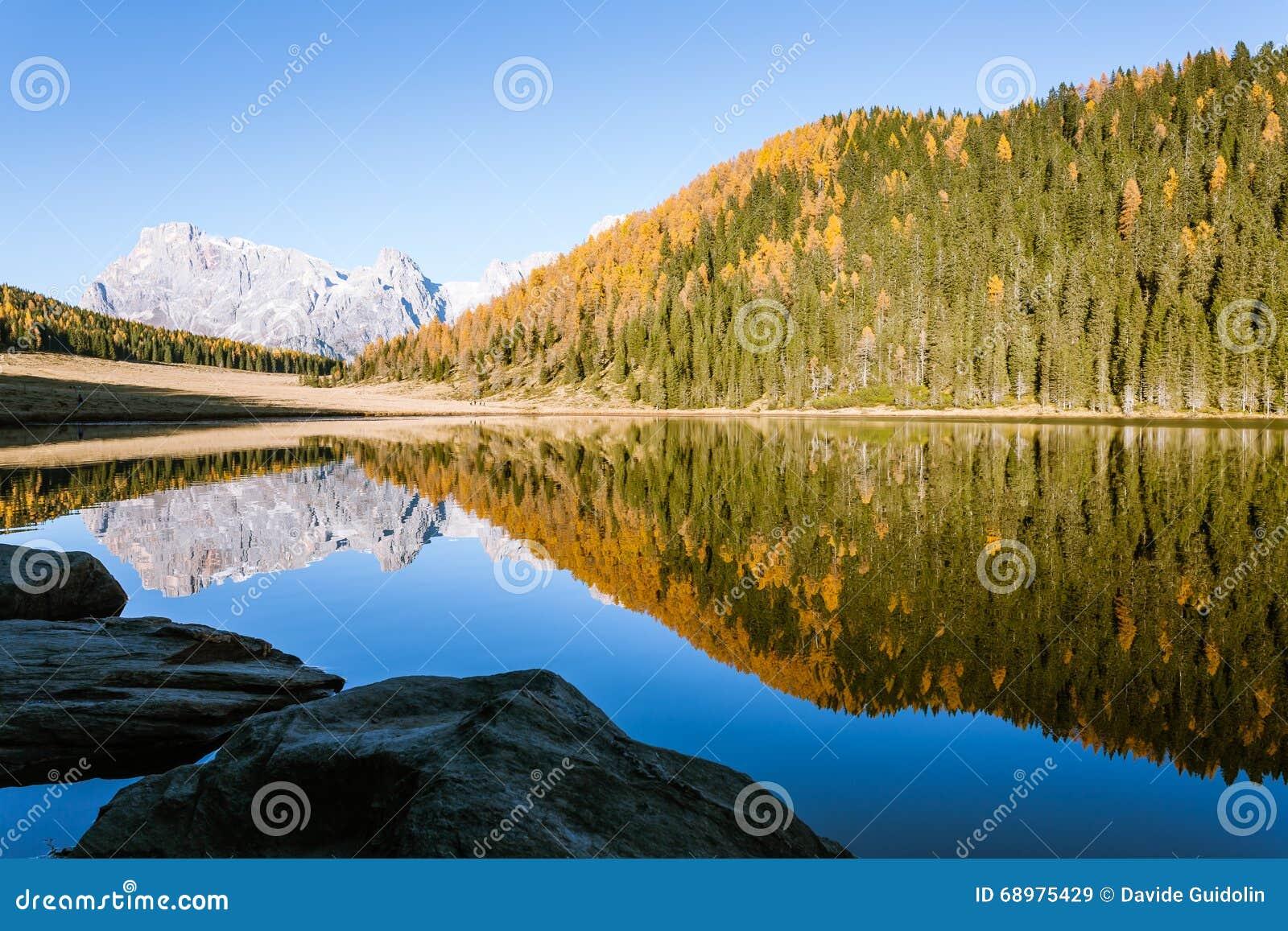 Reflexiones en el agua, panorama del otoño del lago de la montaña