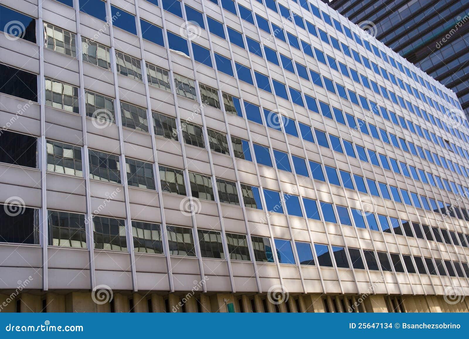 Reflexiones en la fachada de cristal edificios modernos - Fachada de cristal ...