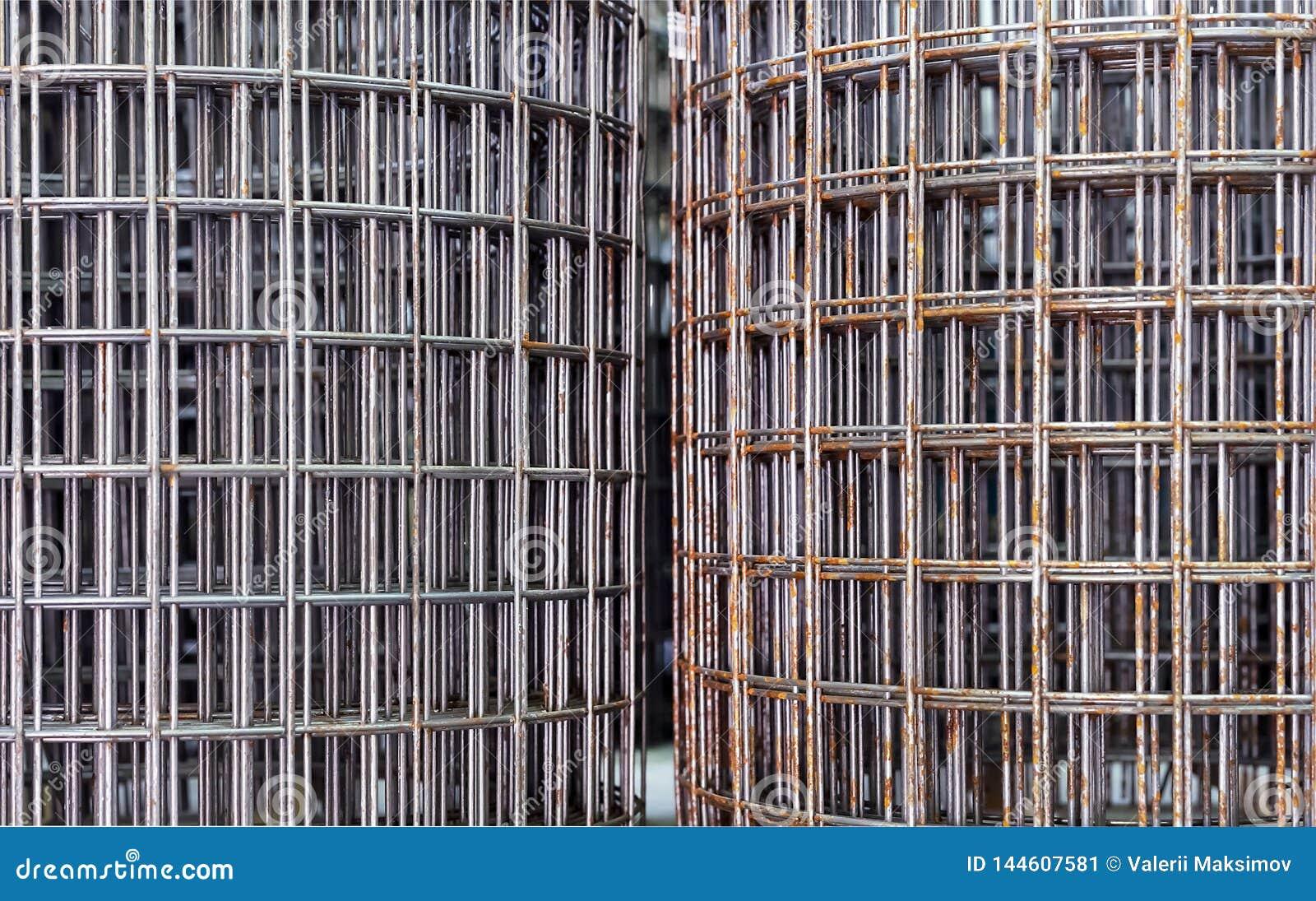 Reforçando a malha nos rolos para reforçar o concreto no canteiro de obras