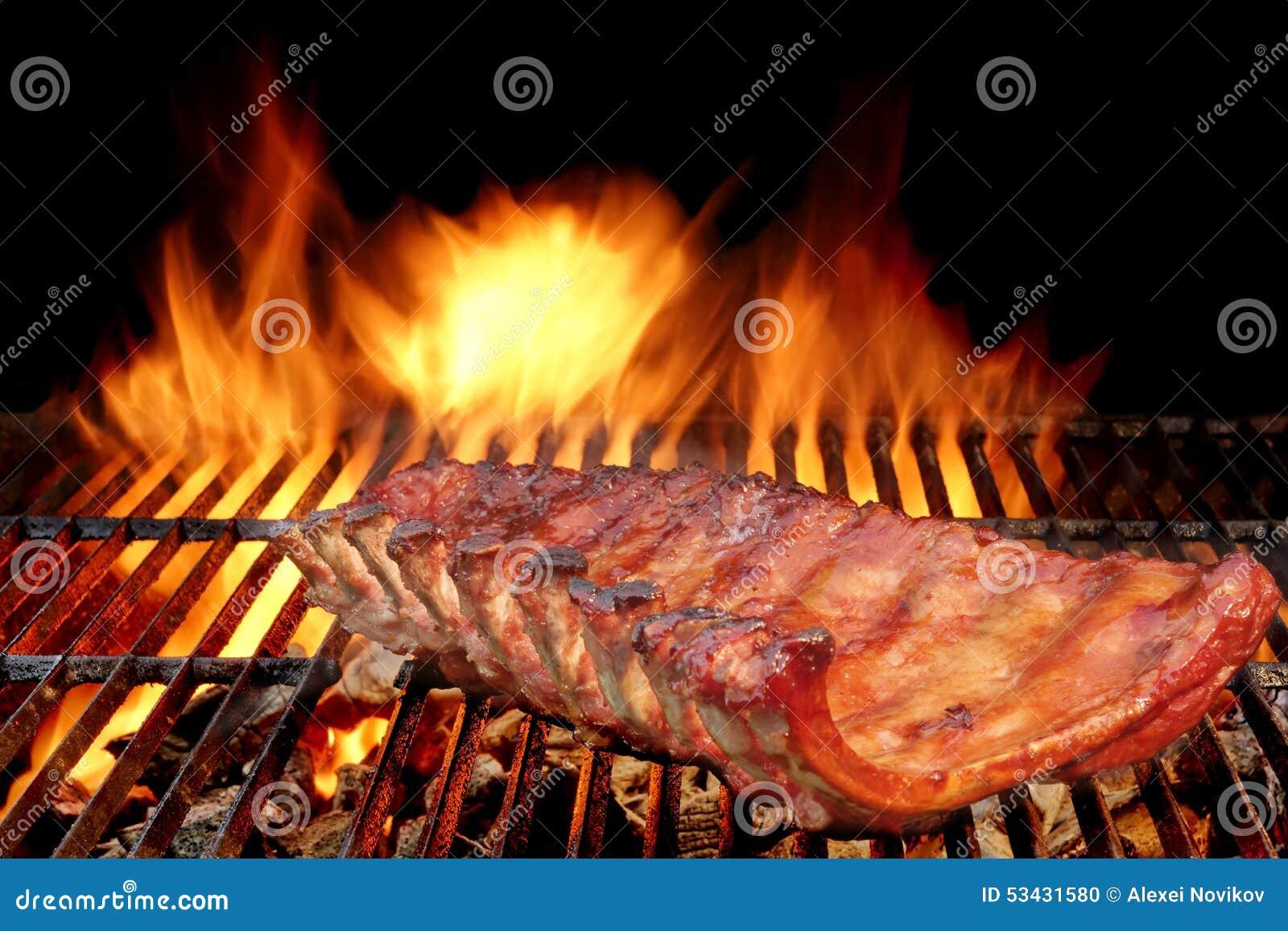 Reforços de carne de porco da parte traseira do bebê do BBQ na grade flamejante quente