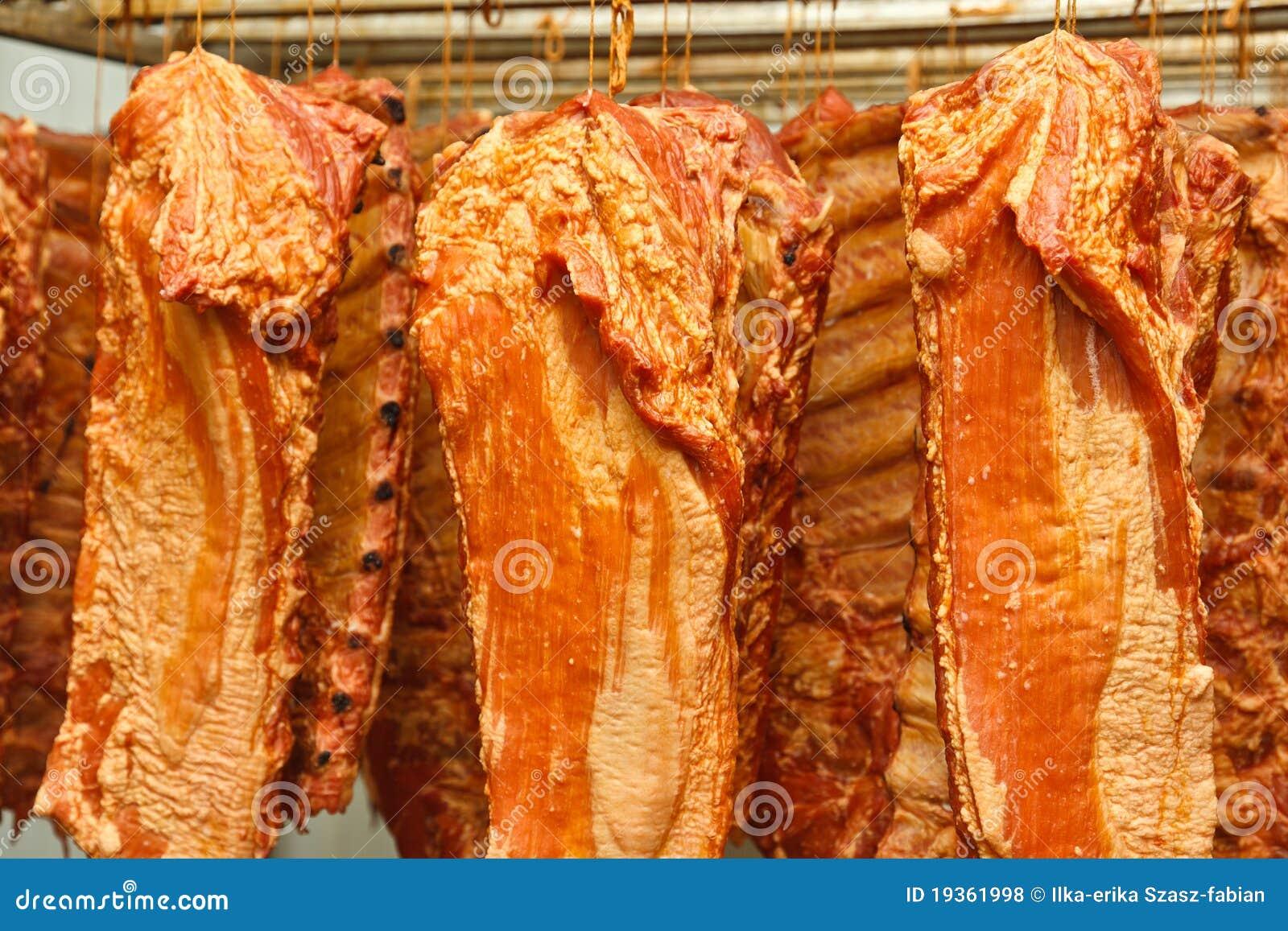 Reforços de carne de porco fumados de suspensão
