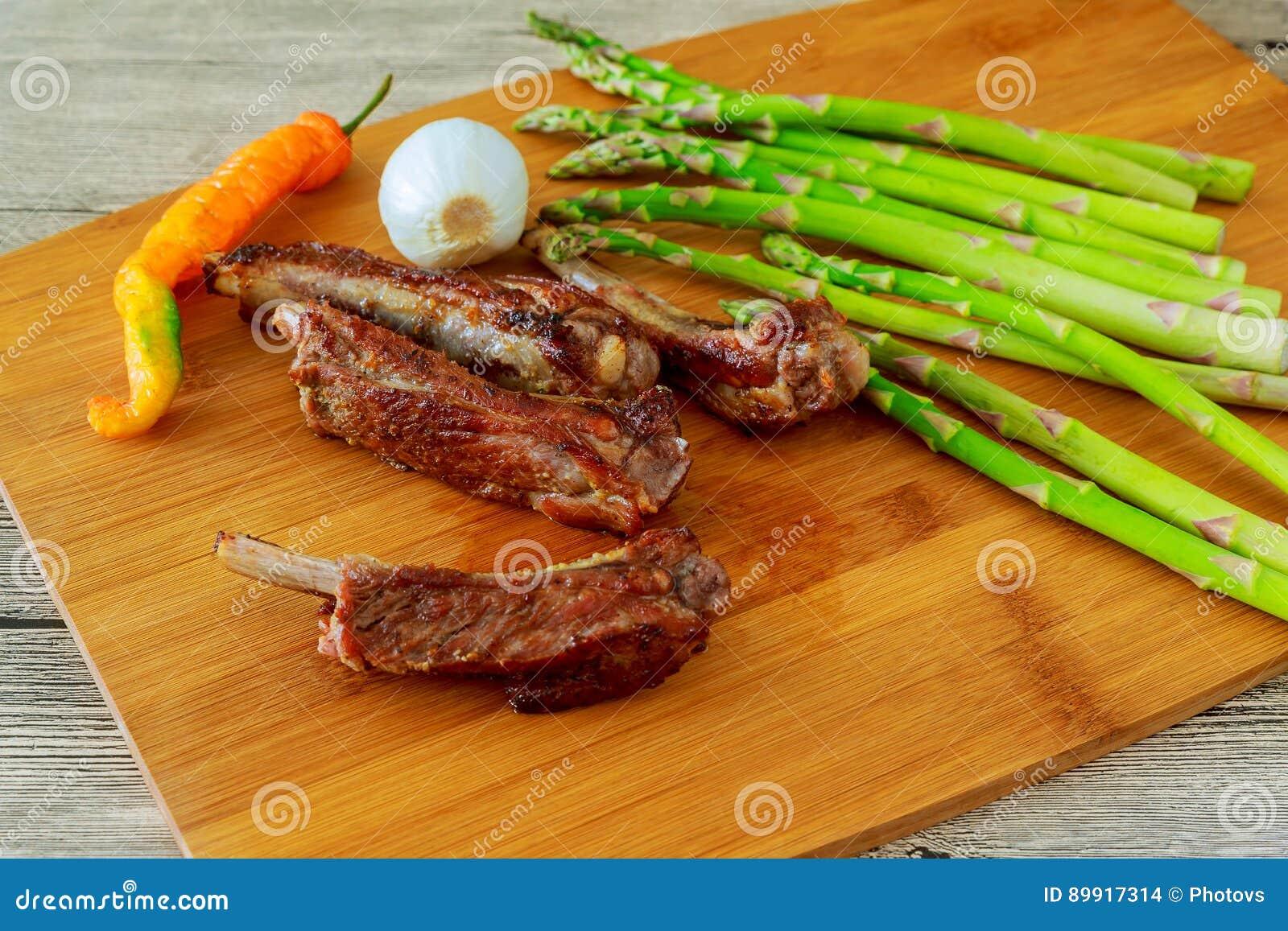 Reforços deliciosos do BBQ com pão brindado, slaw do cole e um molho marcante do BBQ