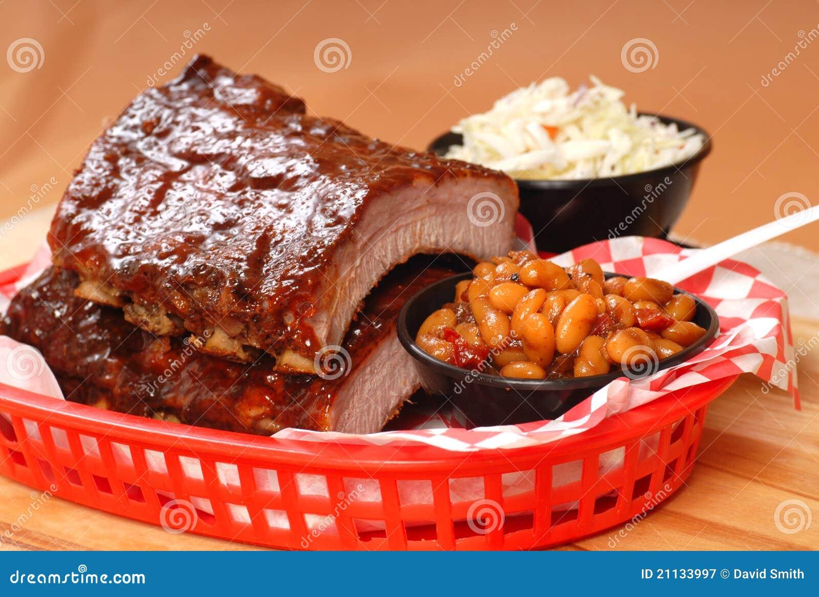 Reforços do BBQ com feijões e slaw do cole