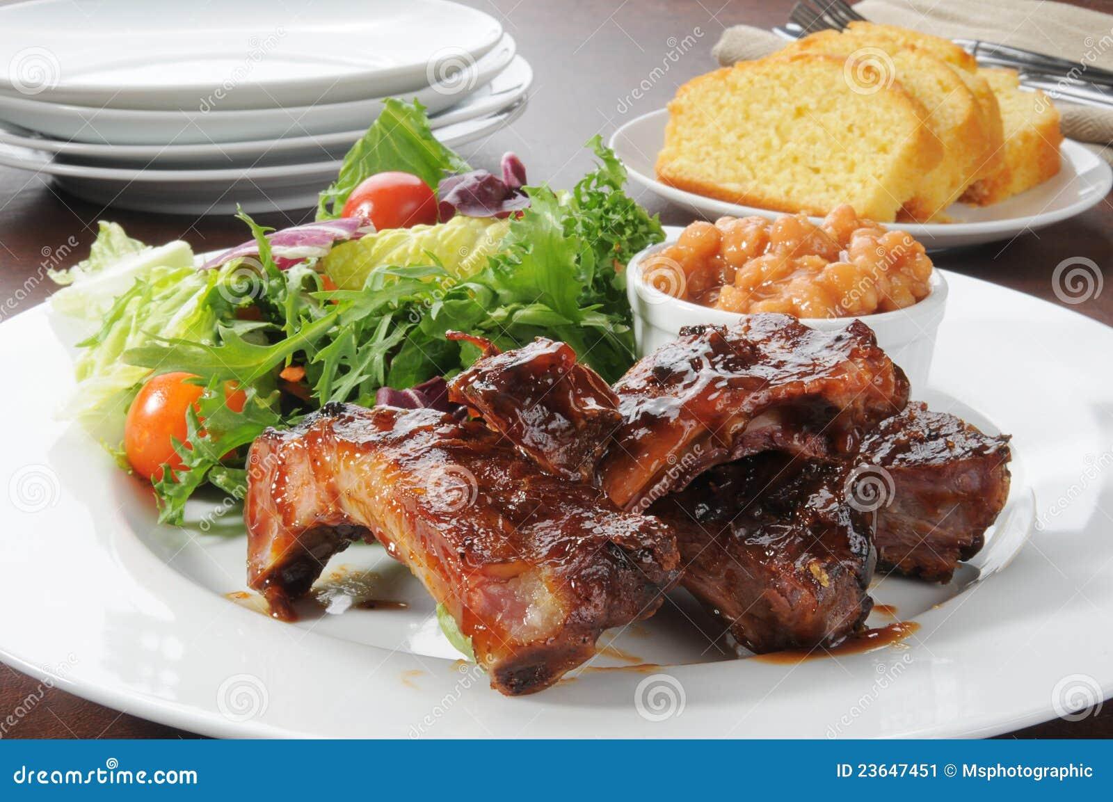 Reforços e salada de carne de porco