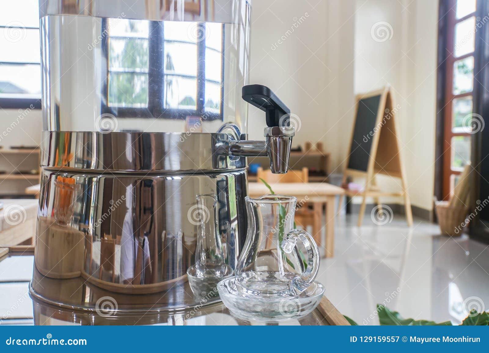 Refrigerador de água com o jarro para a bebida