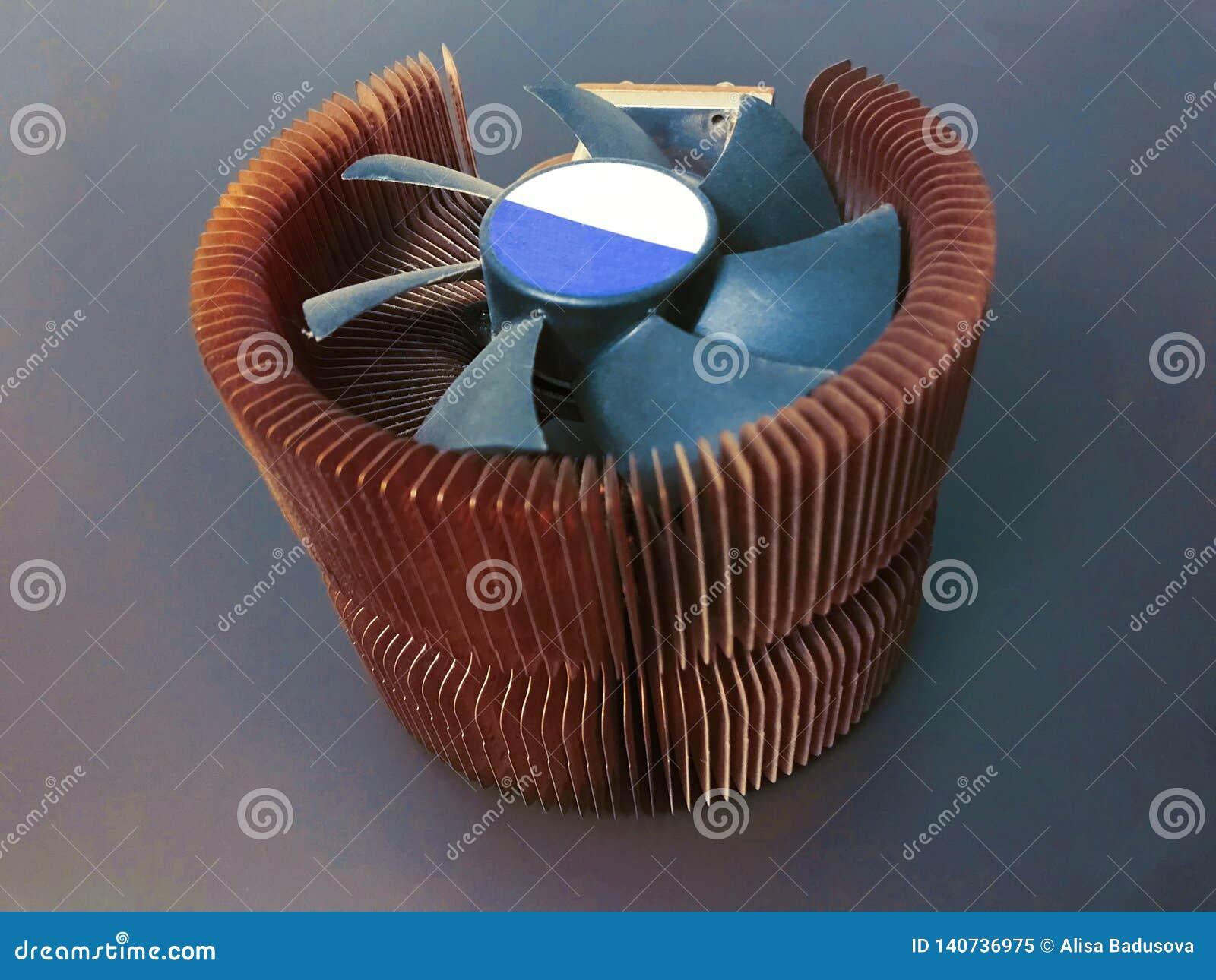 Refrigerador do processador central com placas de cobre em um fundo cinzento
