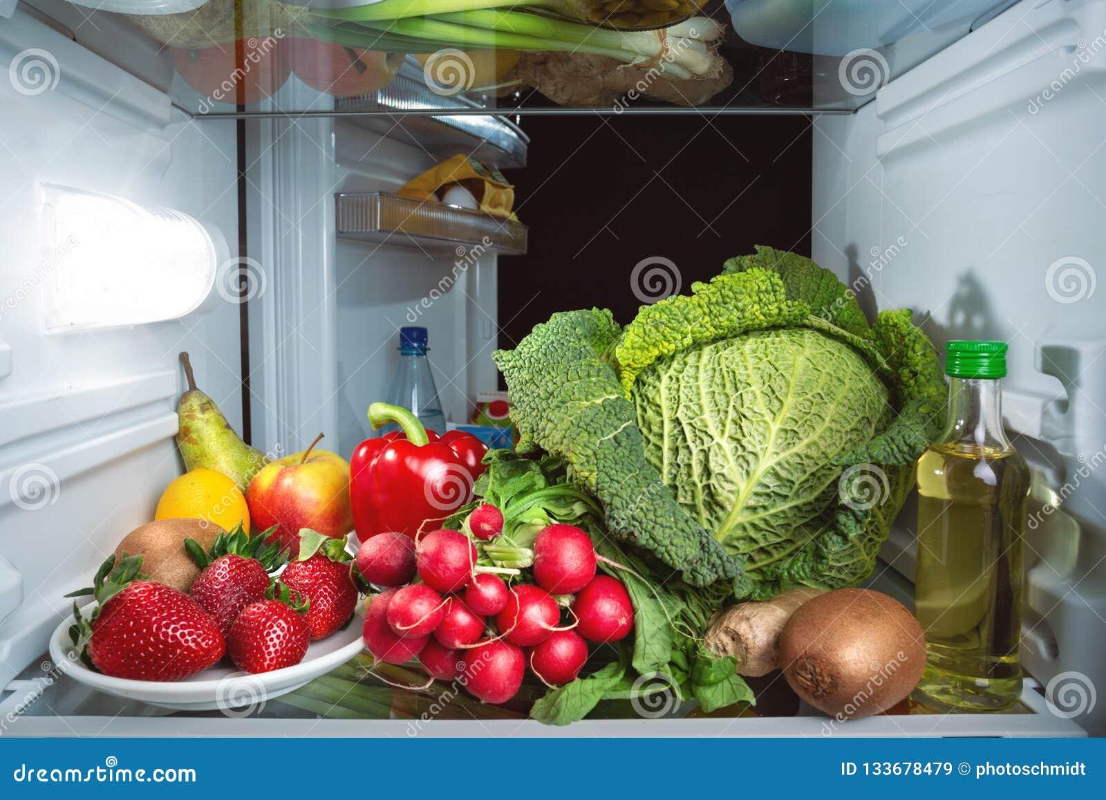 Refrigerador por completo de frutas y verduras