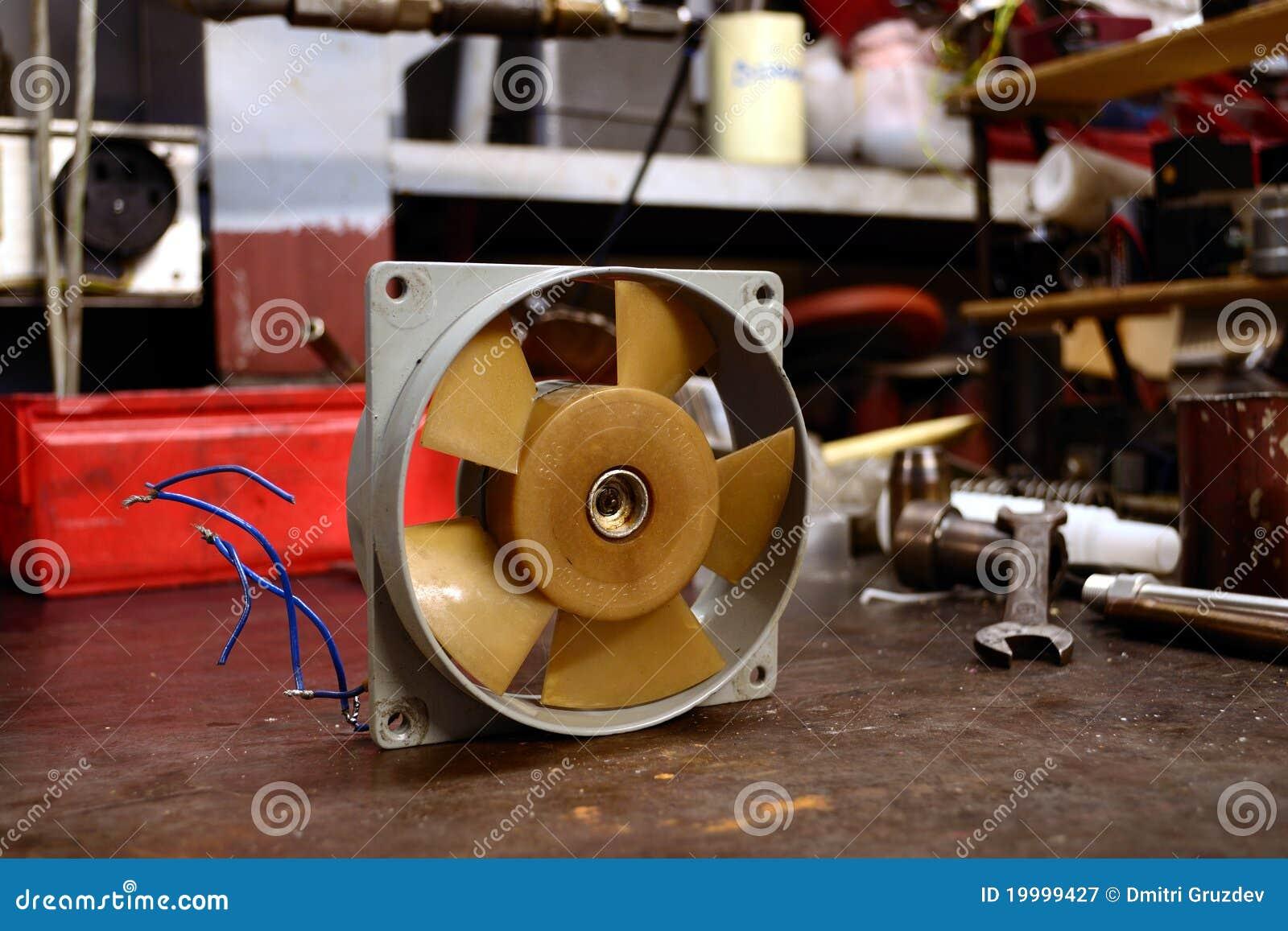 Refrigerador velho do ventilador.