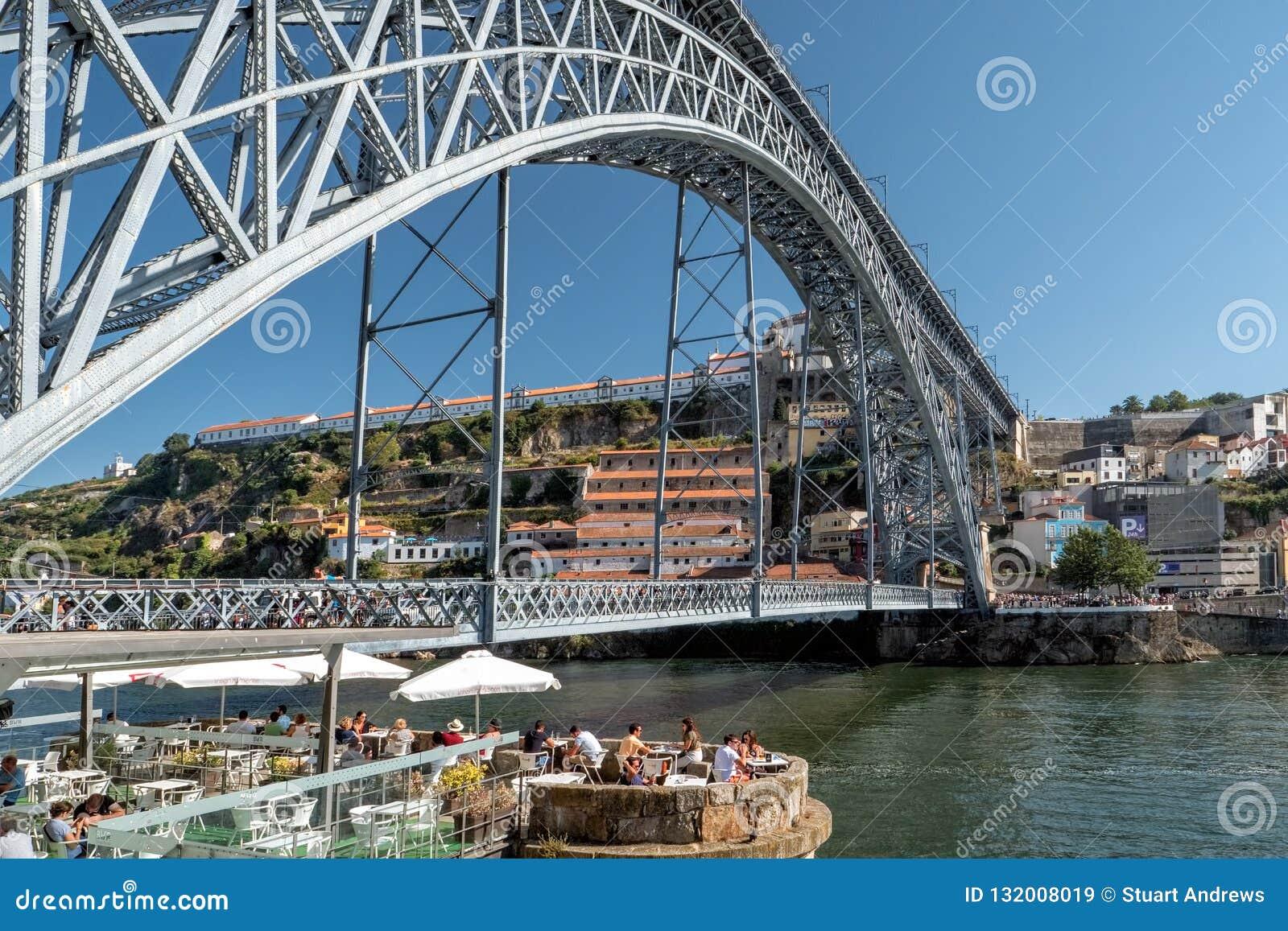 Refrigerando para fora na margem de Ribeira, Porto, Portugal